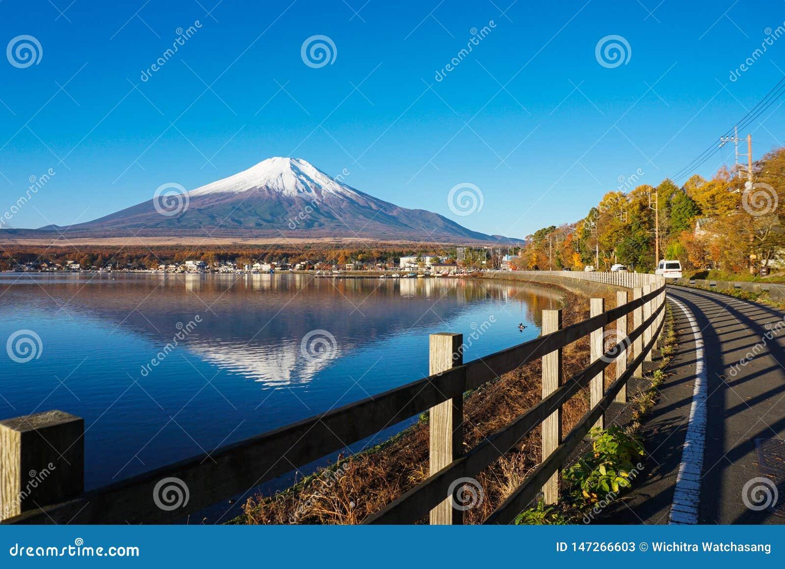 Mt富士在与反射的清早在湖山中,日本