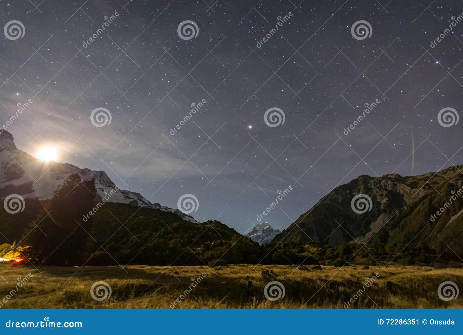 Download Mt сварите на ноче с звездами в небе Стоковое Изображение - изображение насчитывающей место, гора: 72286351