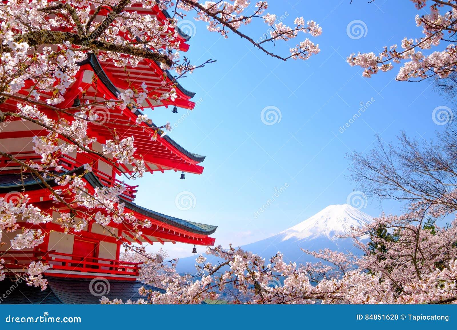 Mt Fuji com o pagode vermelho na mola, Fujiyoshida, Japão