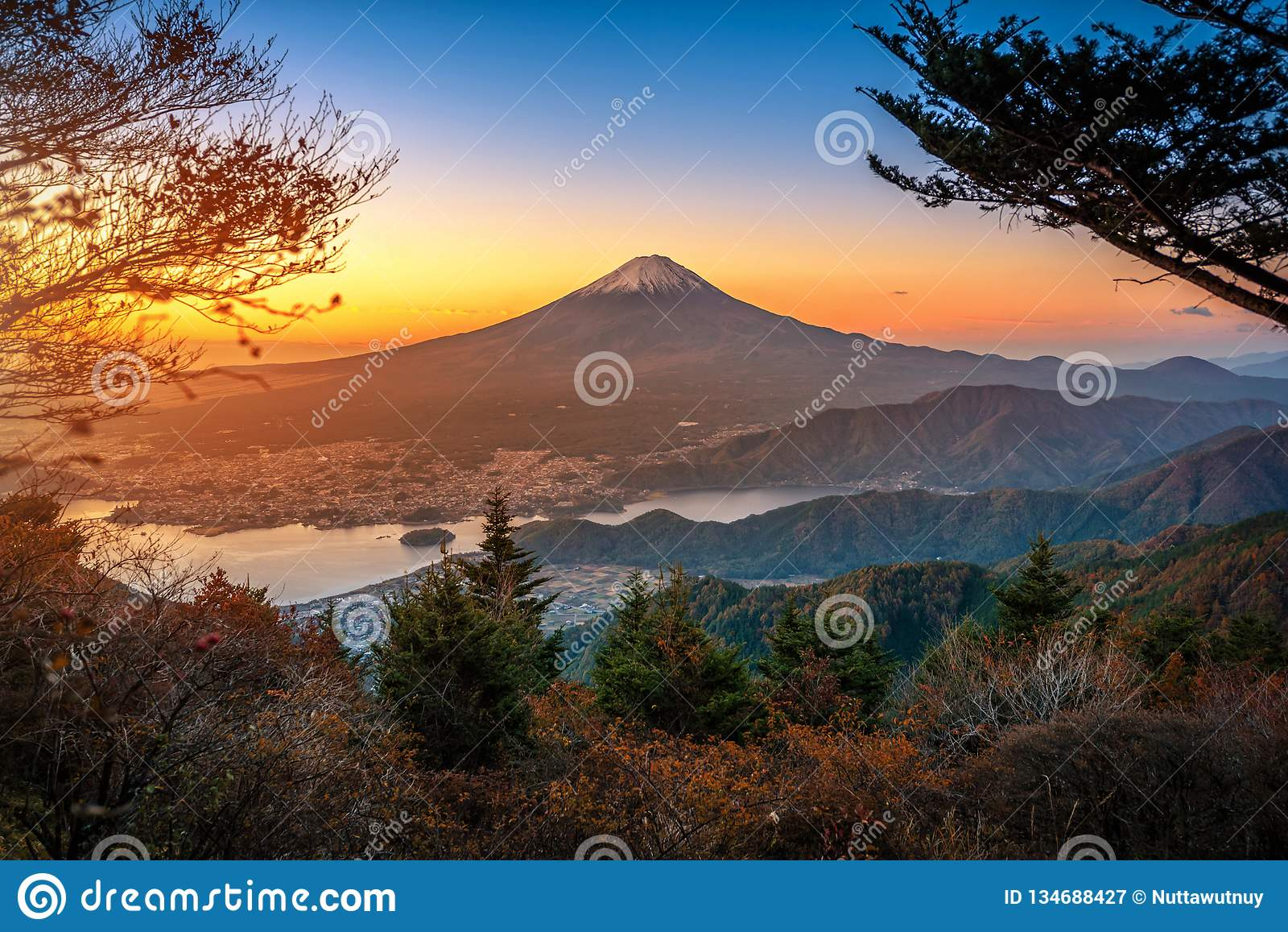 Mt Fuji nad Jeziornym Kawaguchiko z jesieni ulistnieniem przy wschód słońca w Fujikawaguchiko, Japonia