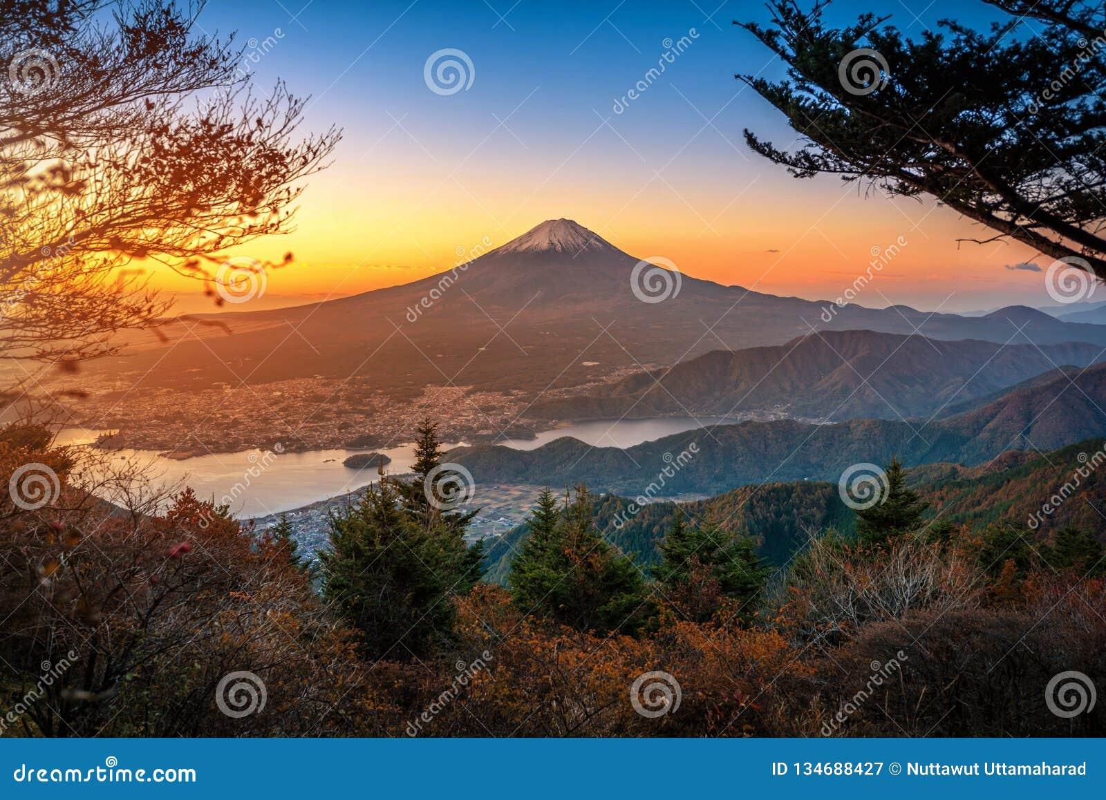 MT Fuji over Meer Kawaguchiko met de herfstgebladerte bij zonsopgang in Fujikawaguchiko, Japan