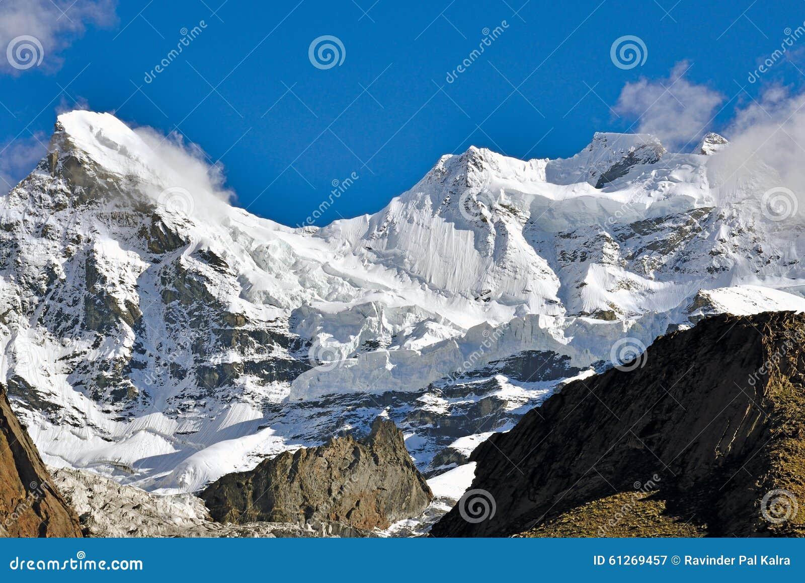 Mt Monja (los 7135m) y Mt Kun (7087), Kargil, Ladakh, Jammu y Cachemira, la India