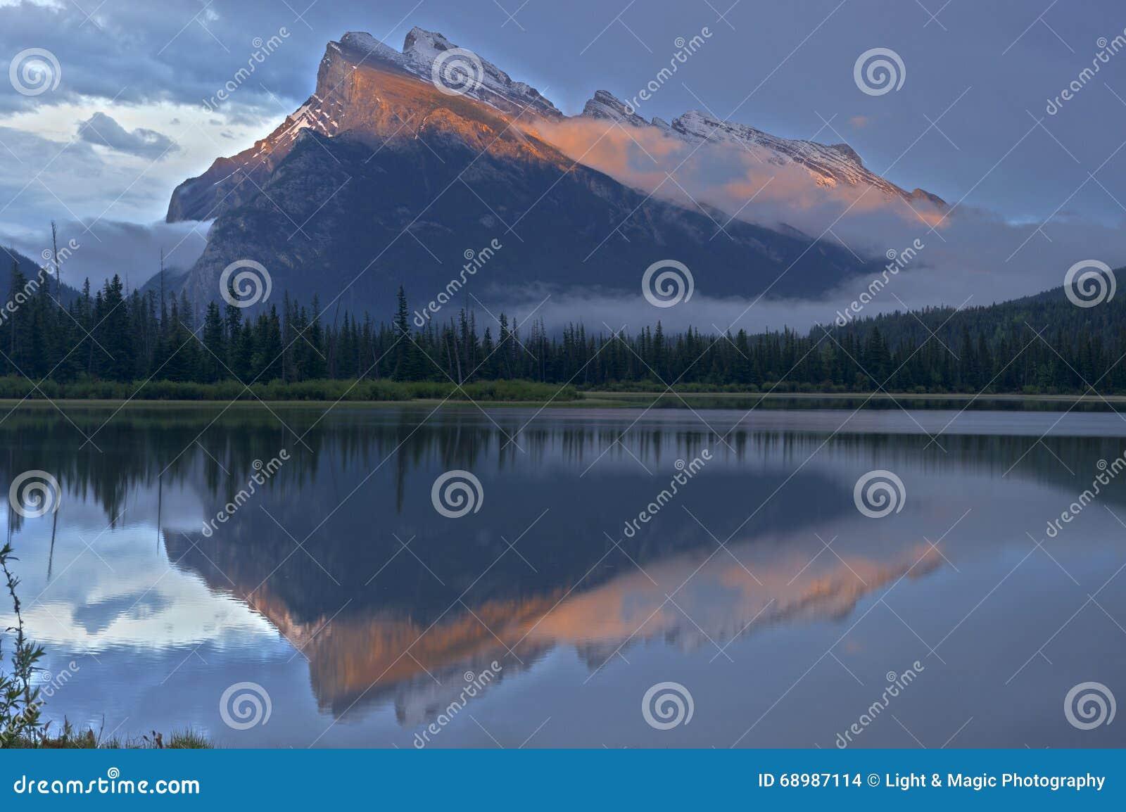 Mt Rundle y Lakesjust bermellón después de la puesta del sol, PA nacional de Banff