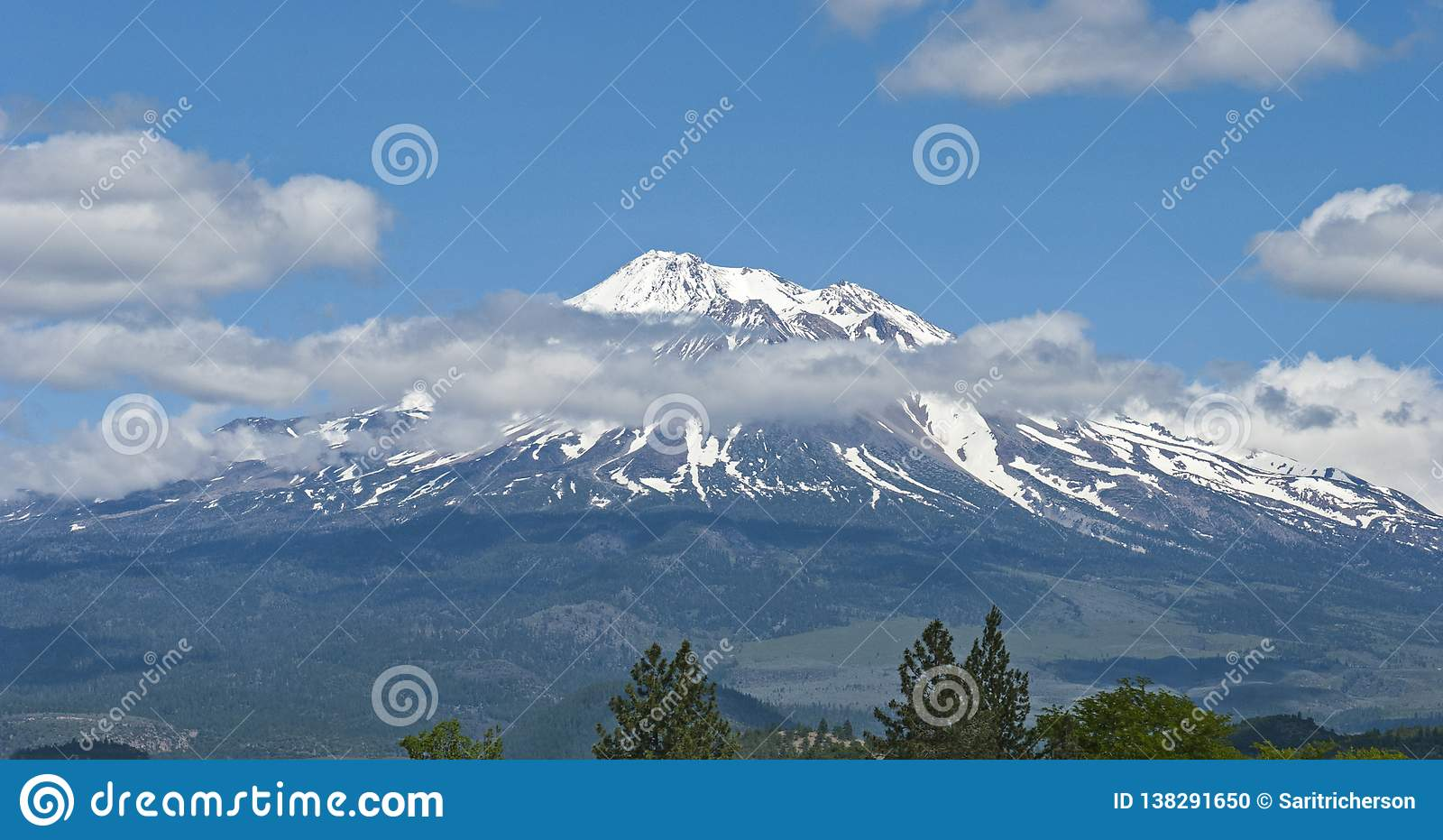 Mt Shasta Pod lata niebem