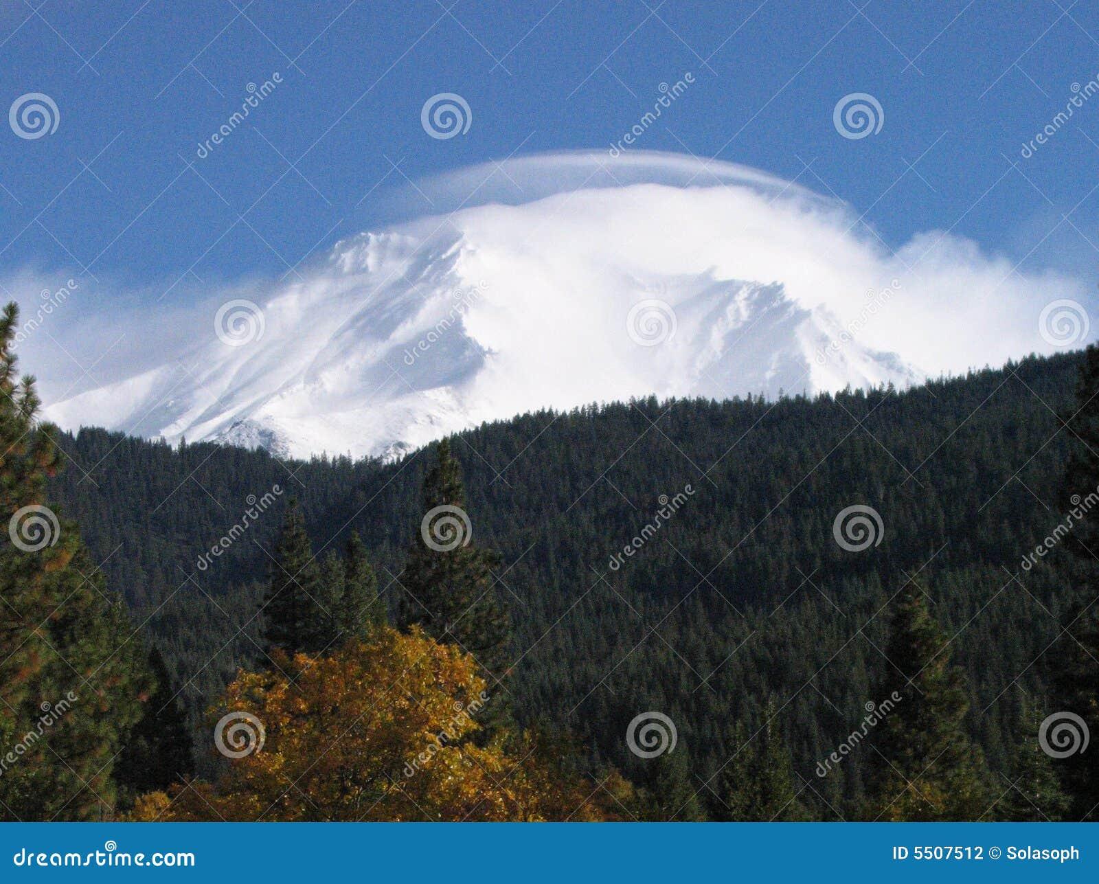 Mt. Shasta unter Wolke
