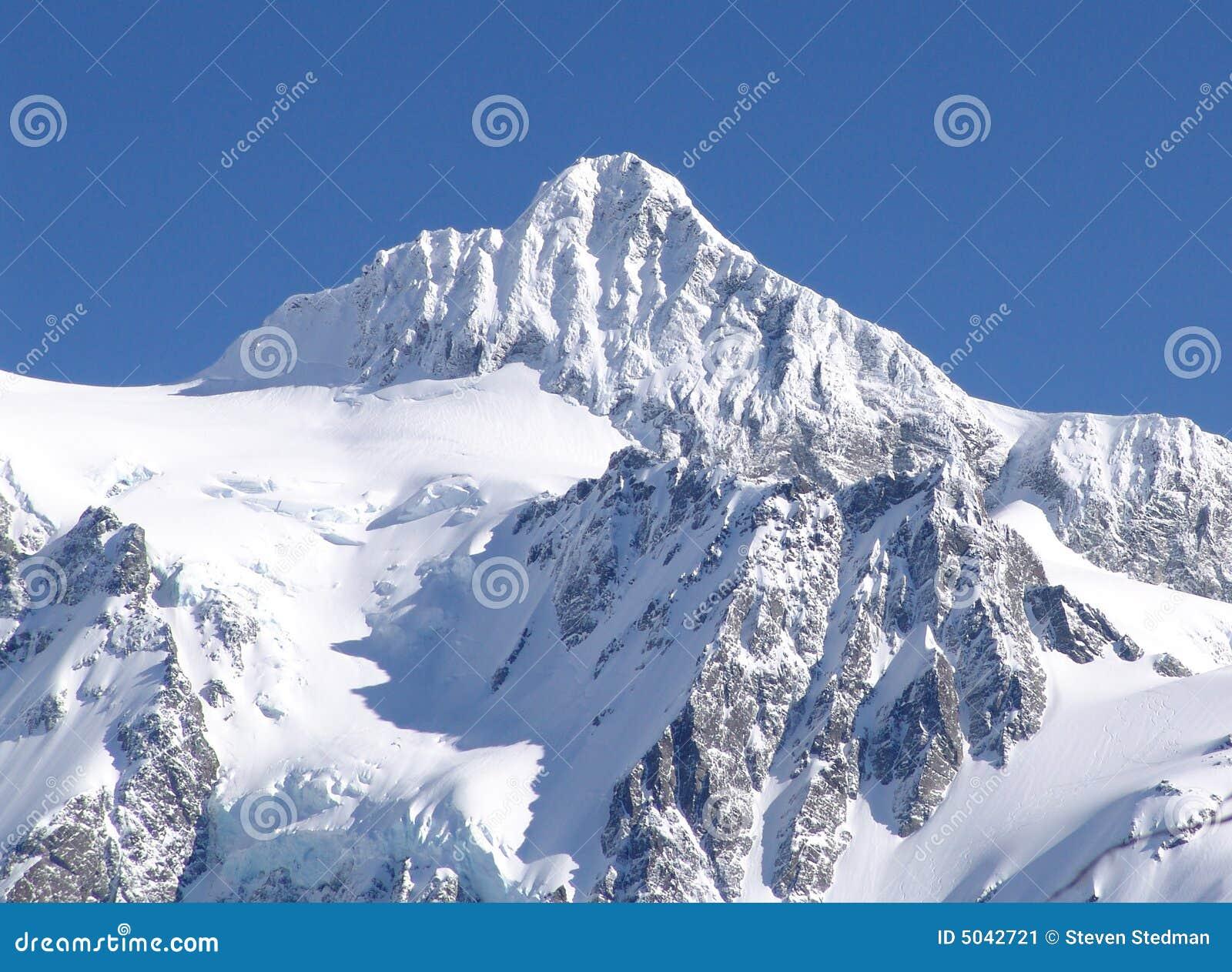 Mt Shuksan couvert dans la neige.