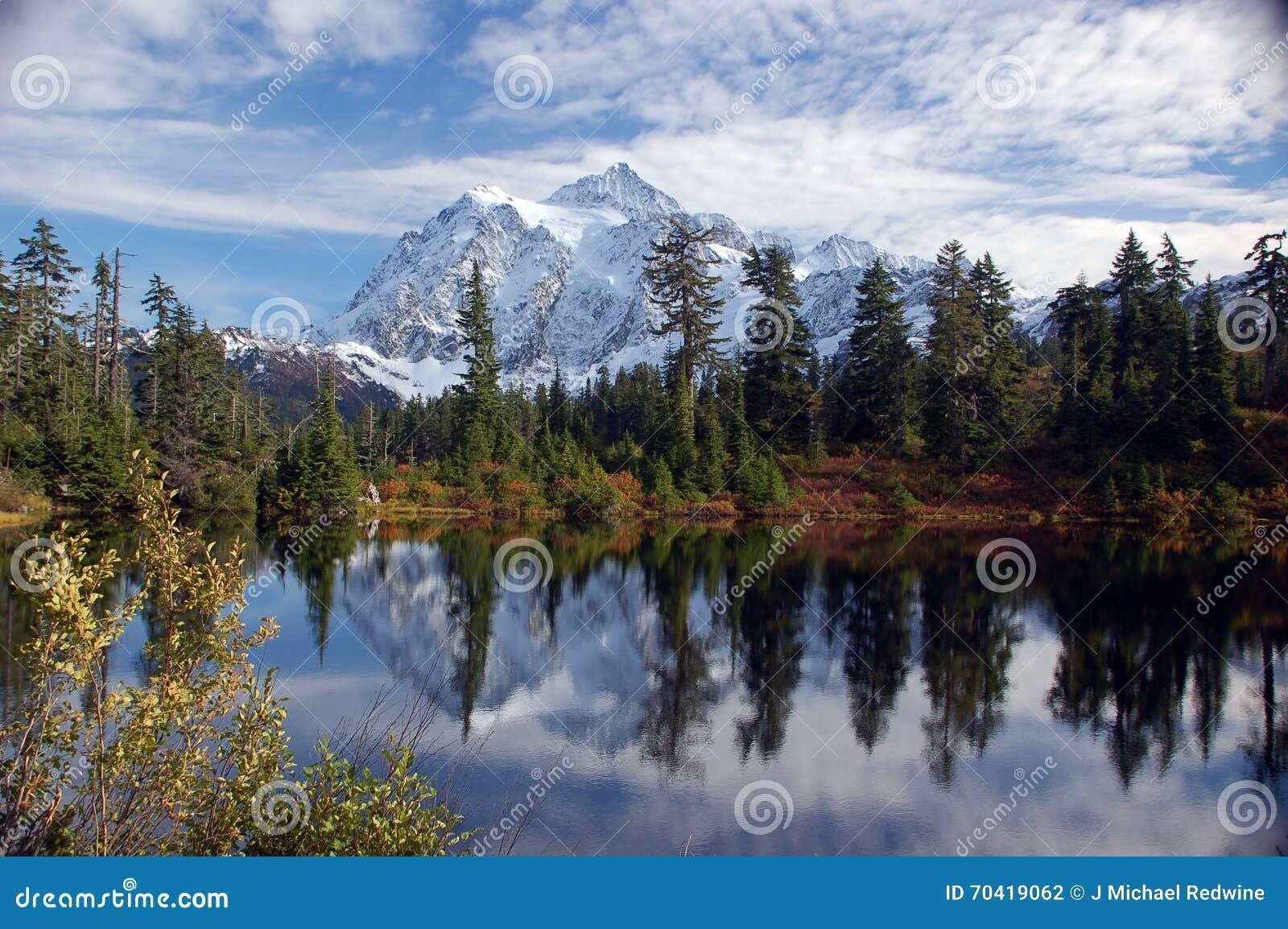 Mt Shuksan reflekterad i bild sjön
