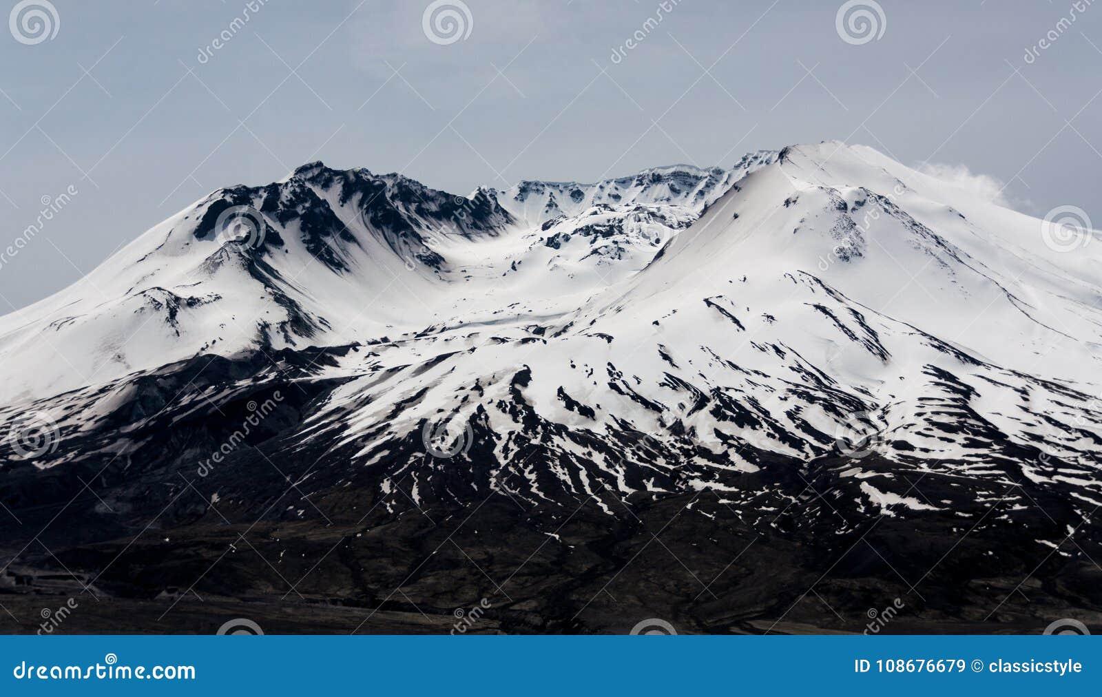Mt St海伦` s火山口在雪盖的熔岩圆顶