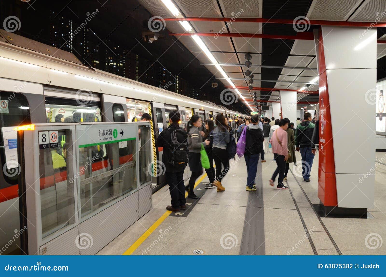 MTR pociąg przy stacją w Hong Kong