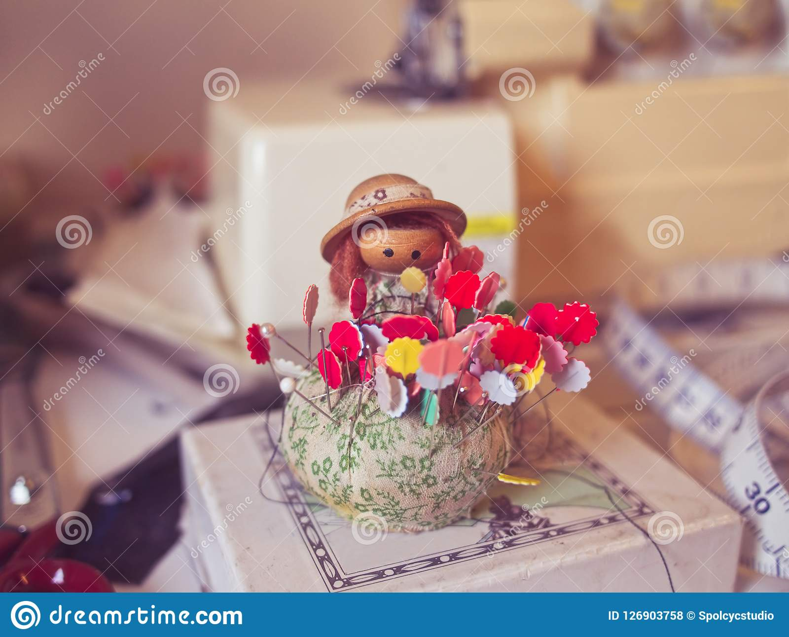 Muñeca del acerico del vintage con las agujas coloridas