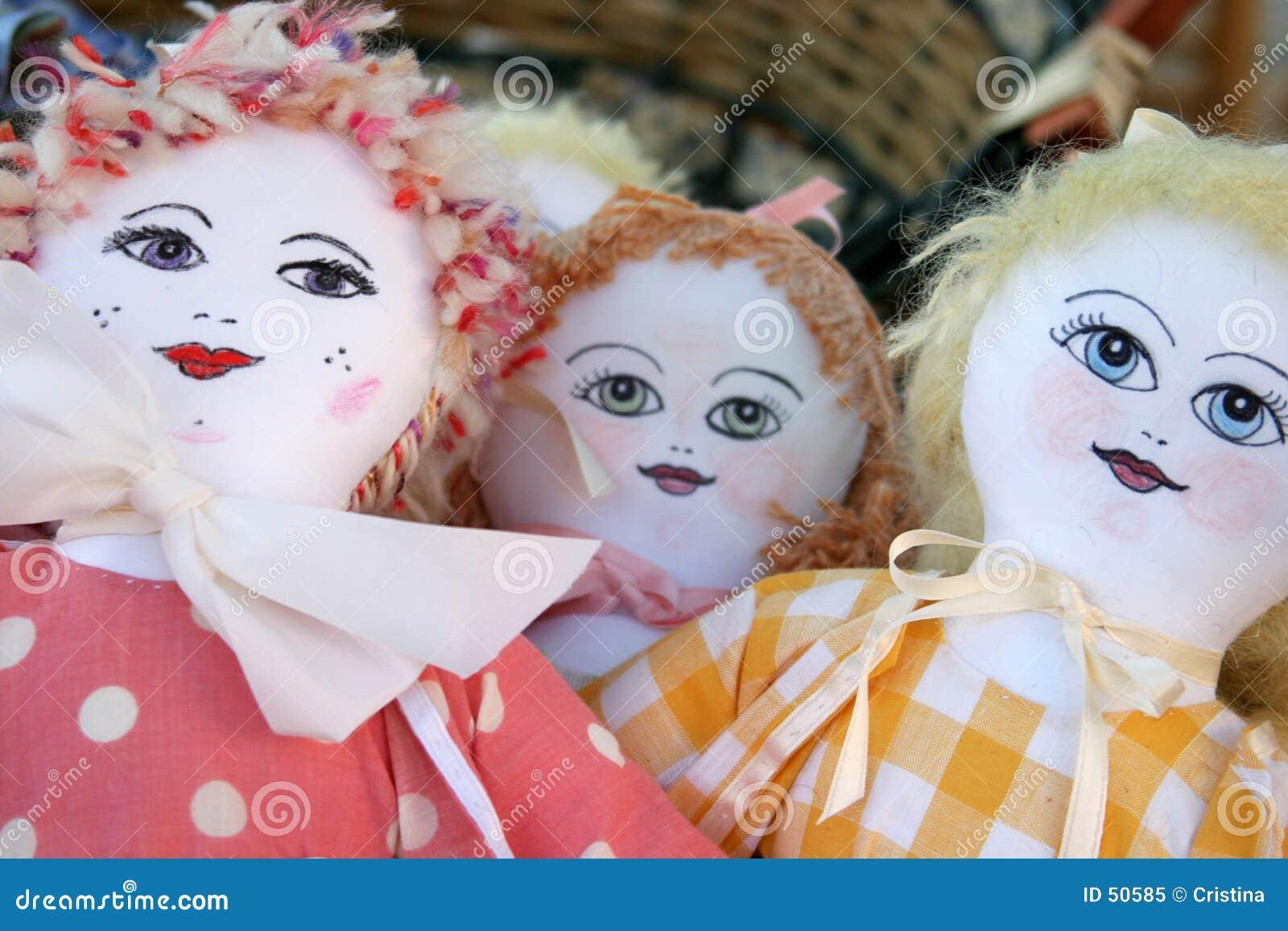 Muñecas en una cesta