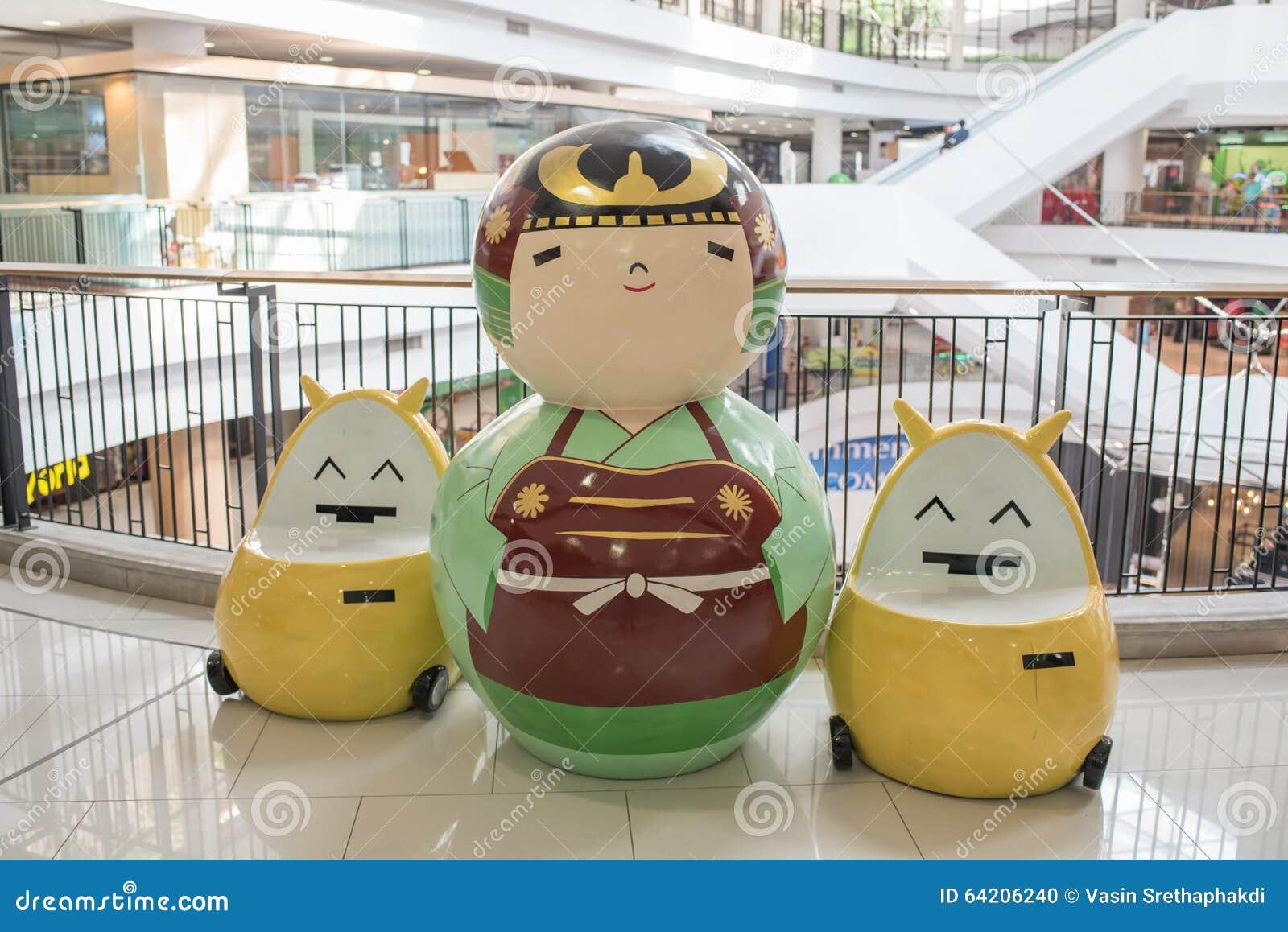 Muñecas japonesas grandes del kokeshi en los grandes almacenes de Ekamai de la entrada, una de las muñecas japonesas más famosas