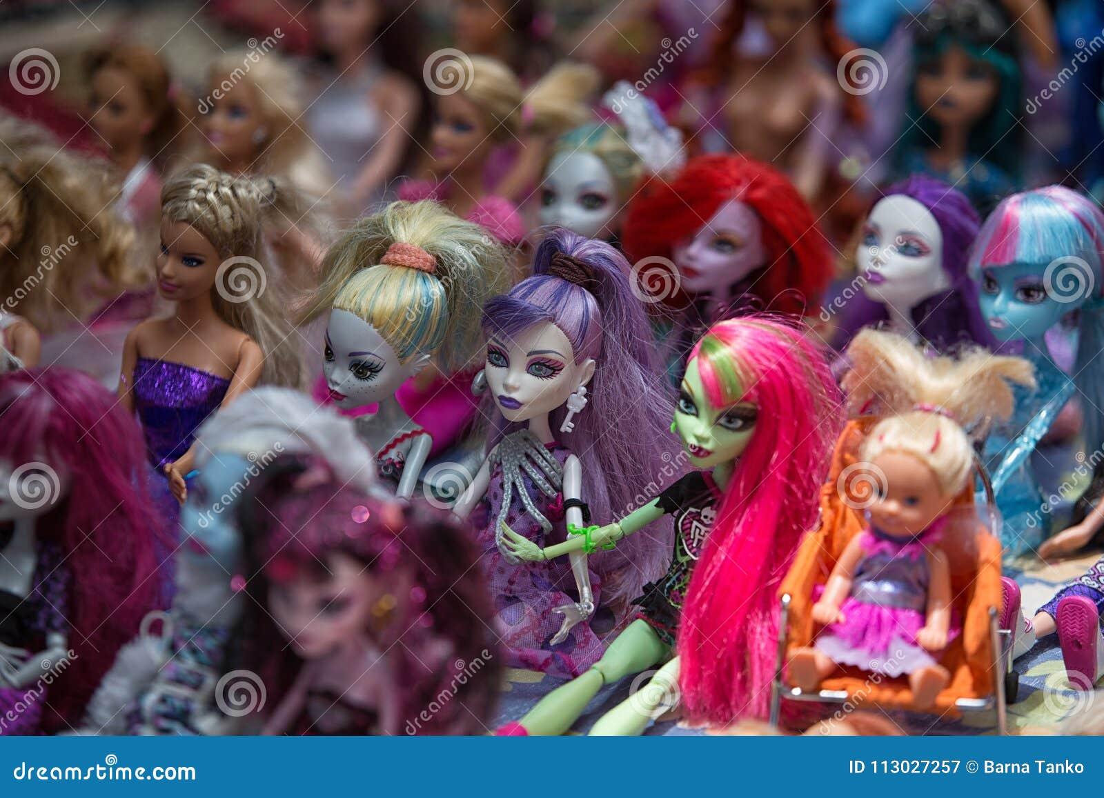 Muñecas plásticas del juguete para la venta en el mercado de Otavalo Ecuador