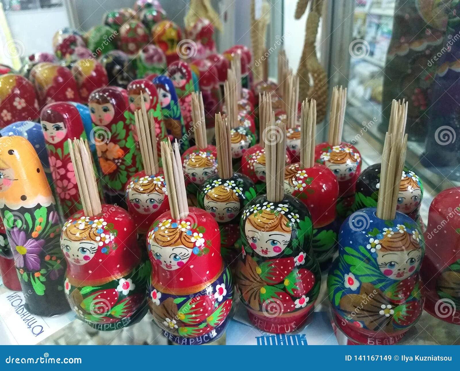 Muñecas rusas - tenedores del palillo en venta en una ventana de la tienda