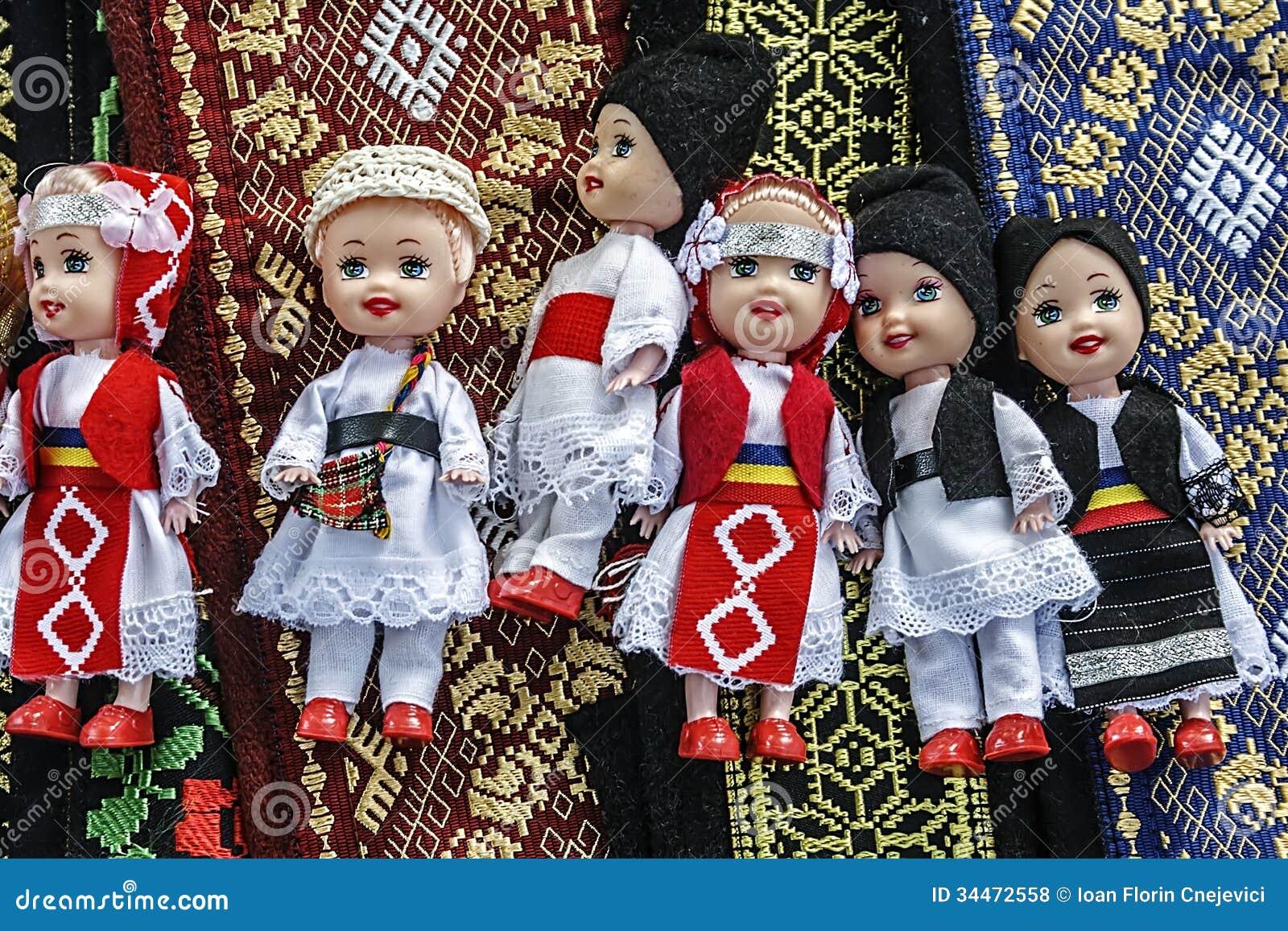 Muñecas vestidas en la gente rumana tradicional costumes-1