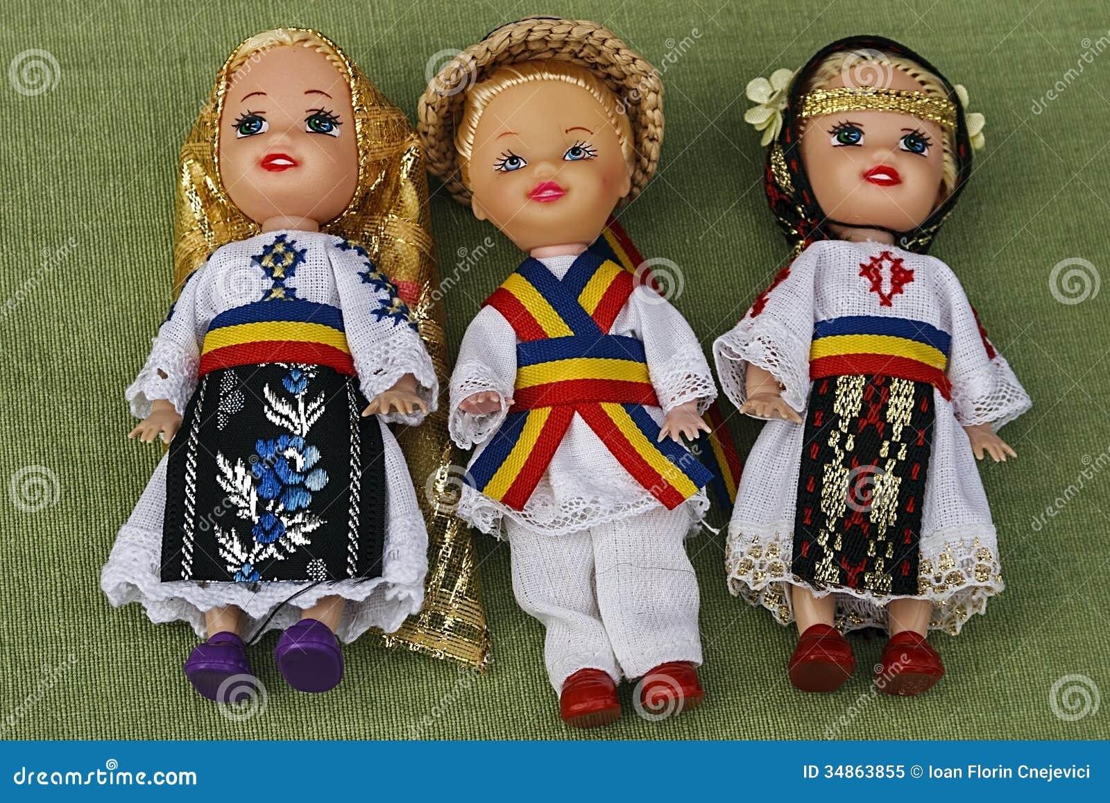 Muñecas vestidas en trajes populares tradicionales.