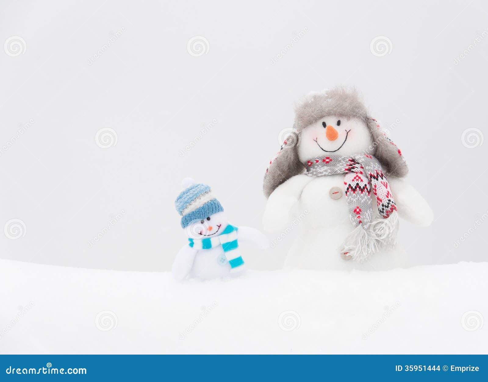 Muñecos de nieve felices familia o amigos del invierno