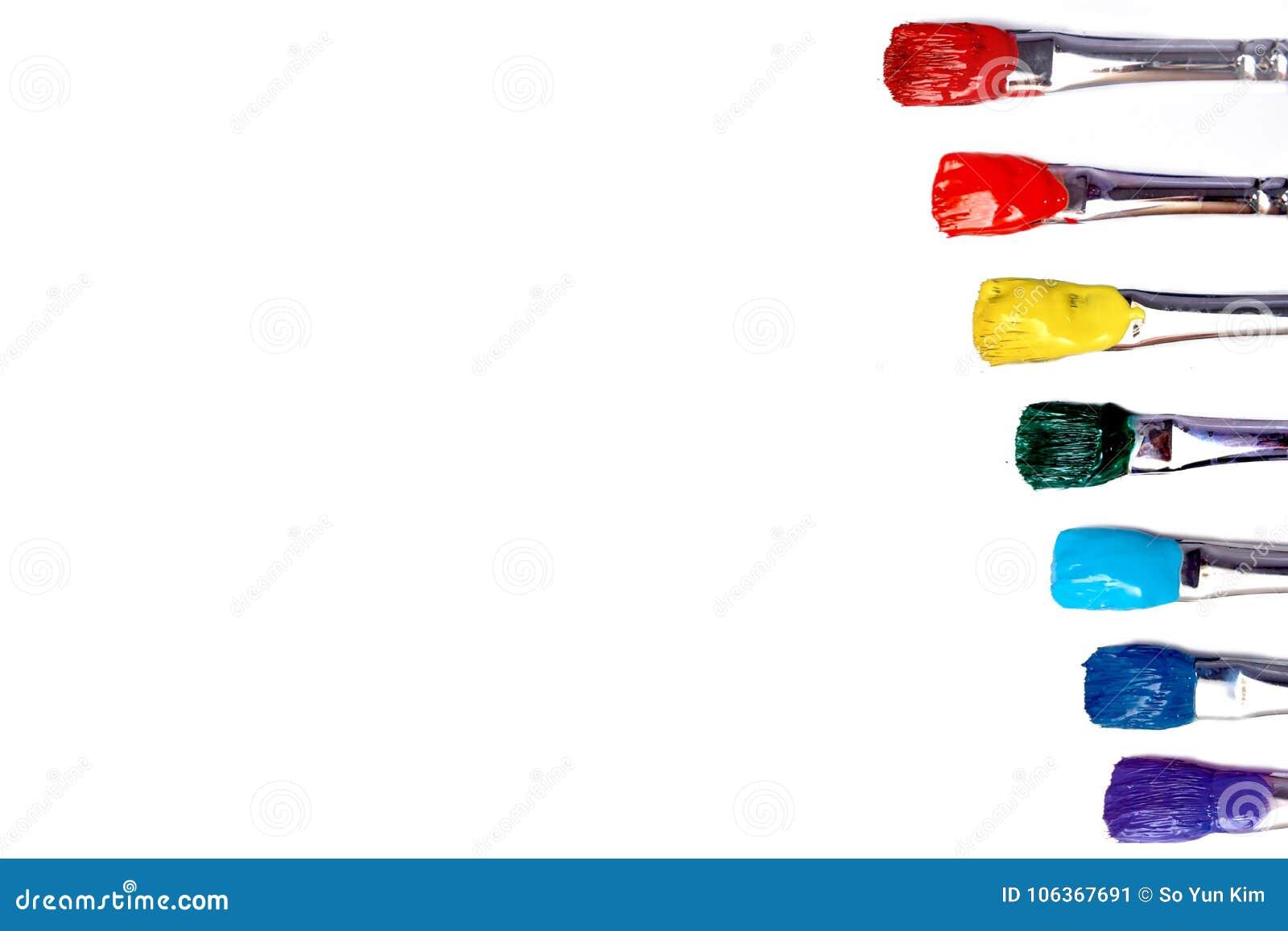 Muśnięcie z czerwieni, pomarańcze, koloru żółtego, zieleni, błękitnej i indygowej farbą,