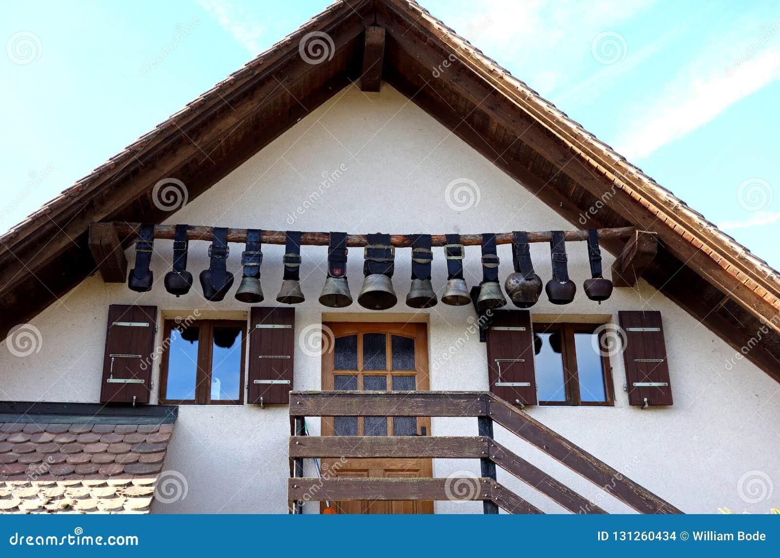 Mucca svizzera d annata Belhi che appendono a casa entrata