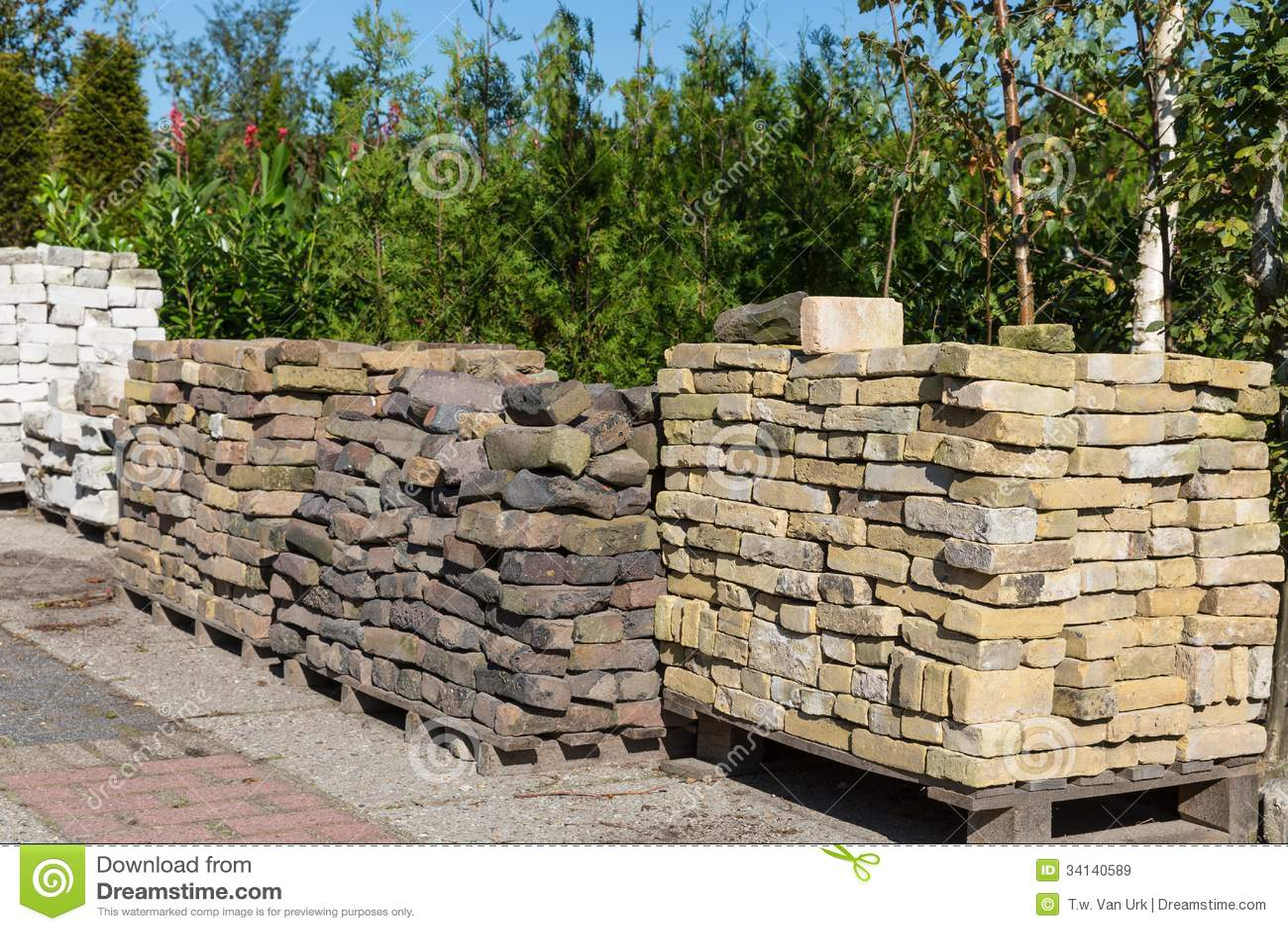 Mucchi delle pietre ornamentali da vendere in un centro di for Pietre giardino