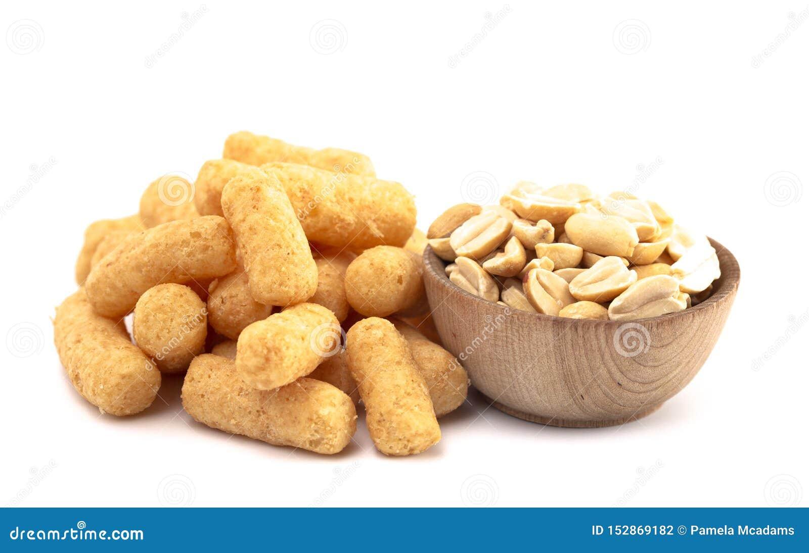 Mucchio dei soffi del burro di arachidi isolati su un fondo bianco
