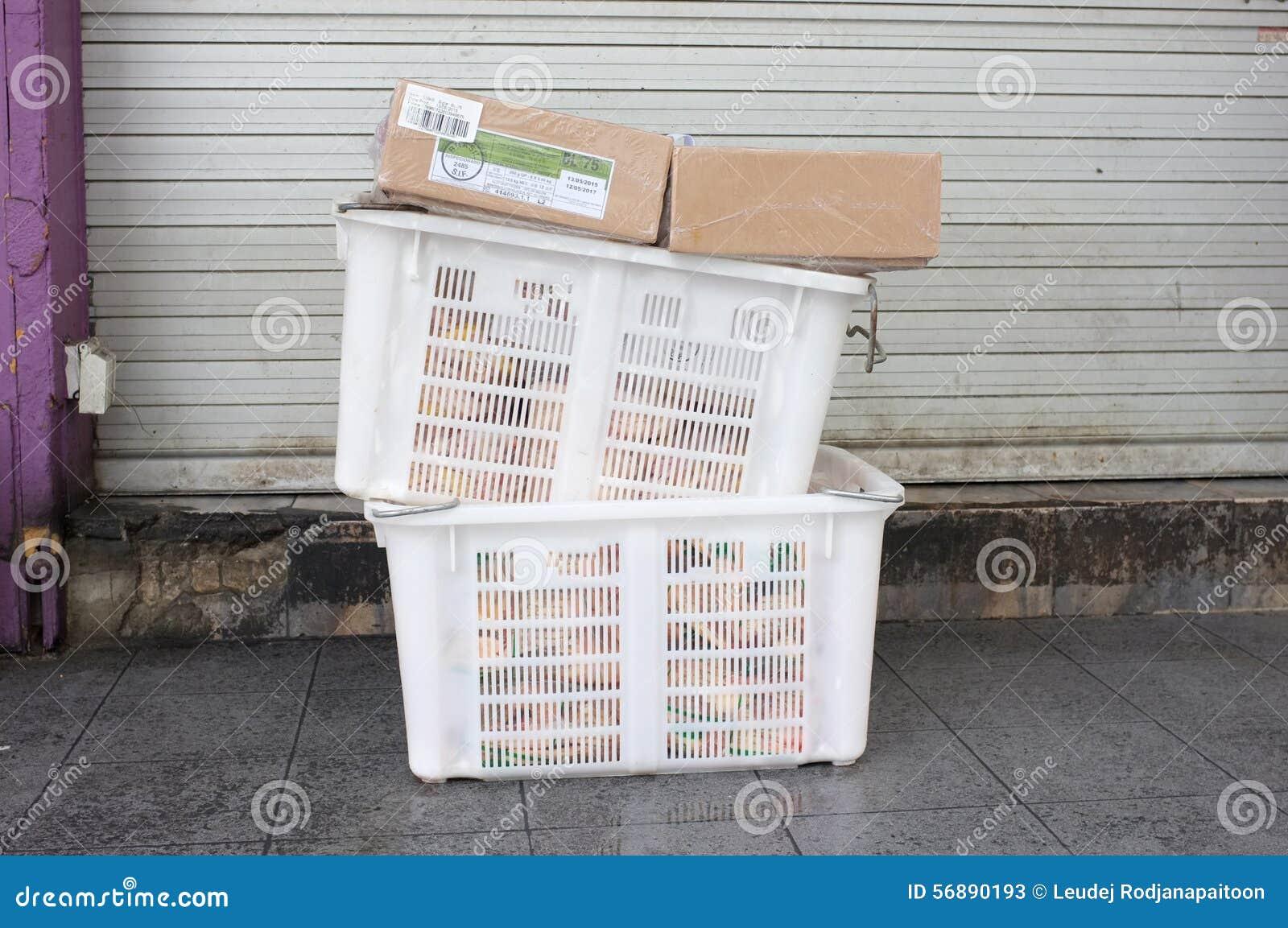 Mucchio del canestro di plastica bianco e della scatola di carta