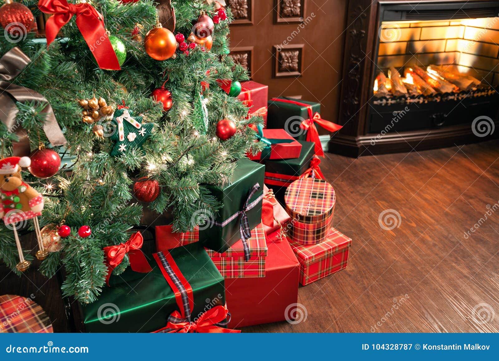 Regali Di Natale Per Casa.Mucchio Del Primo Piano Dei Regali Di Natale Sotto L Albero Di