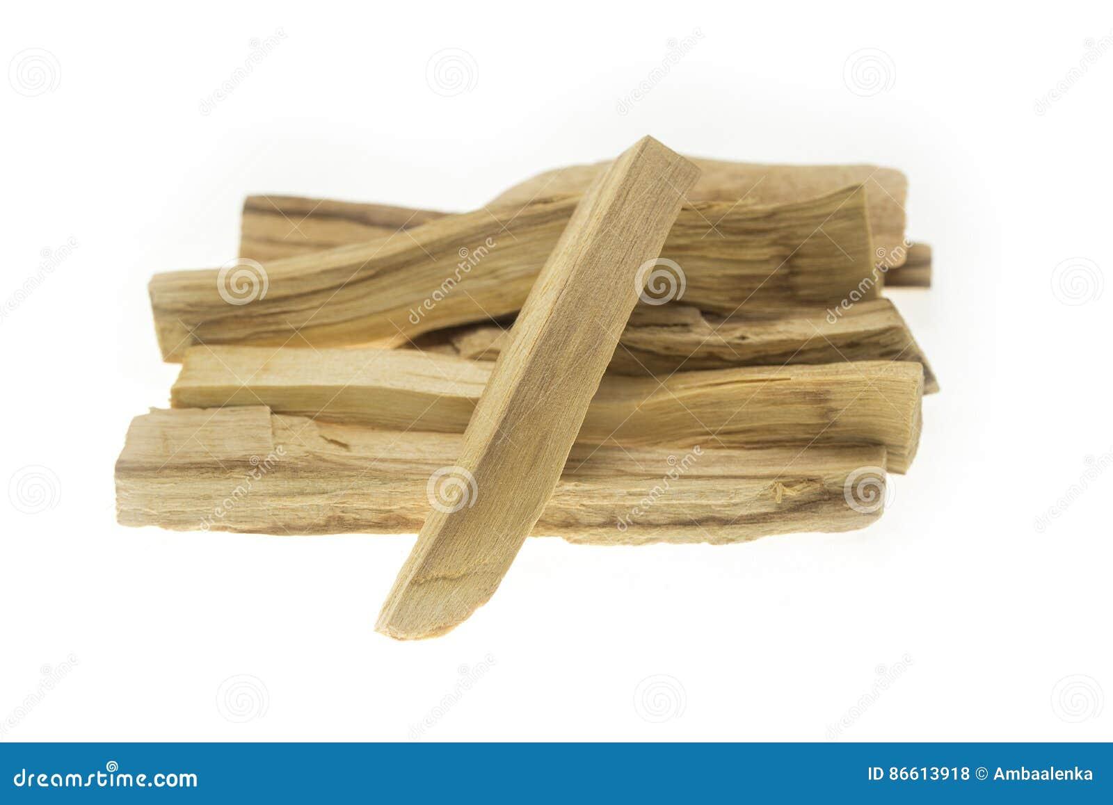 Mucchio del santo di palo o dei bastoni di legno santi isolati su fondo bianco