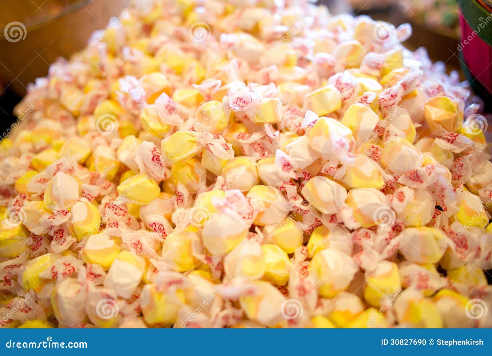 Mucchio della caramella gialla del taffy dell acqua salata, colori