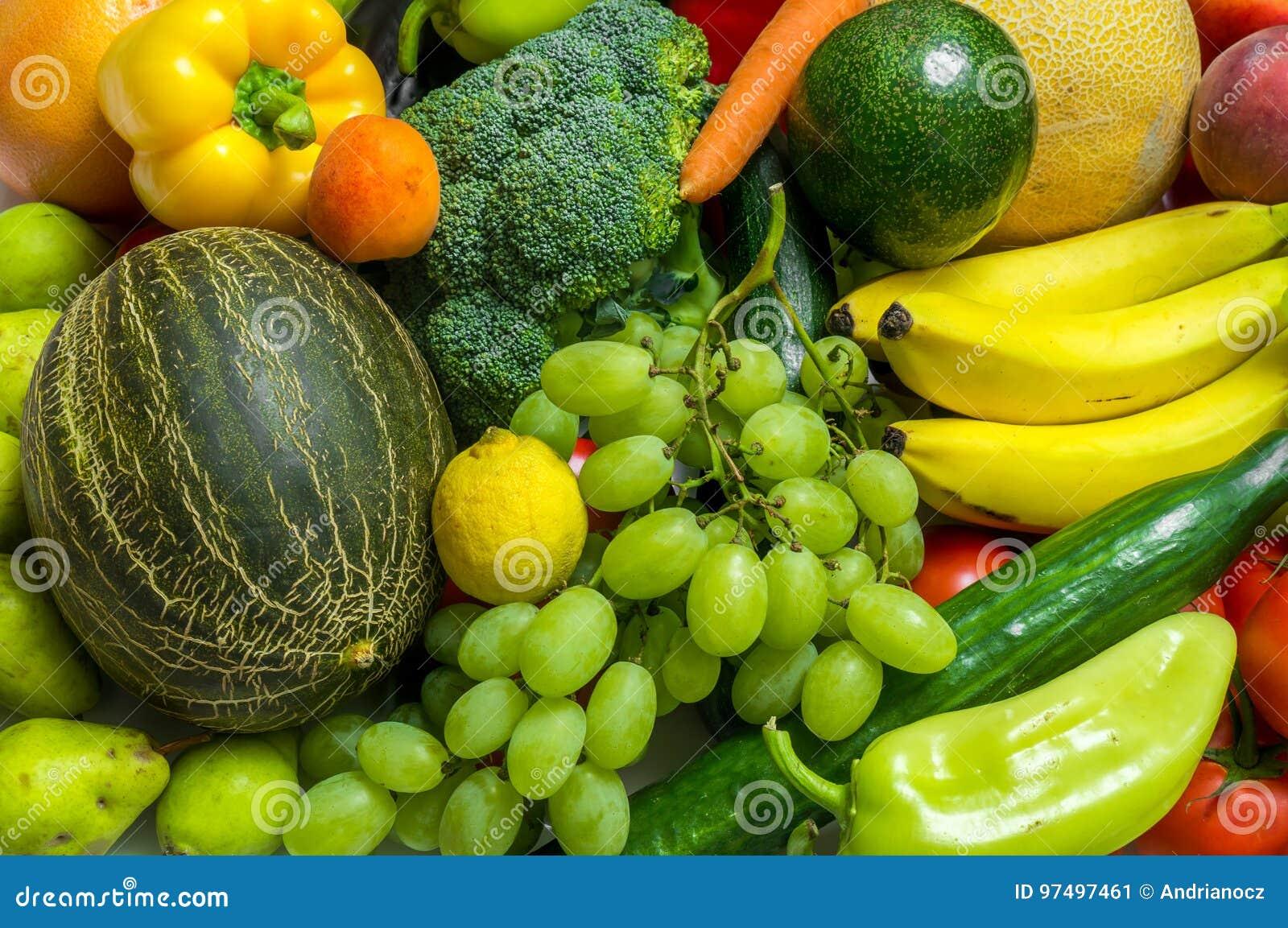 Mucchio della frutta e delle verdure fresche