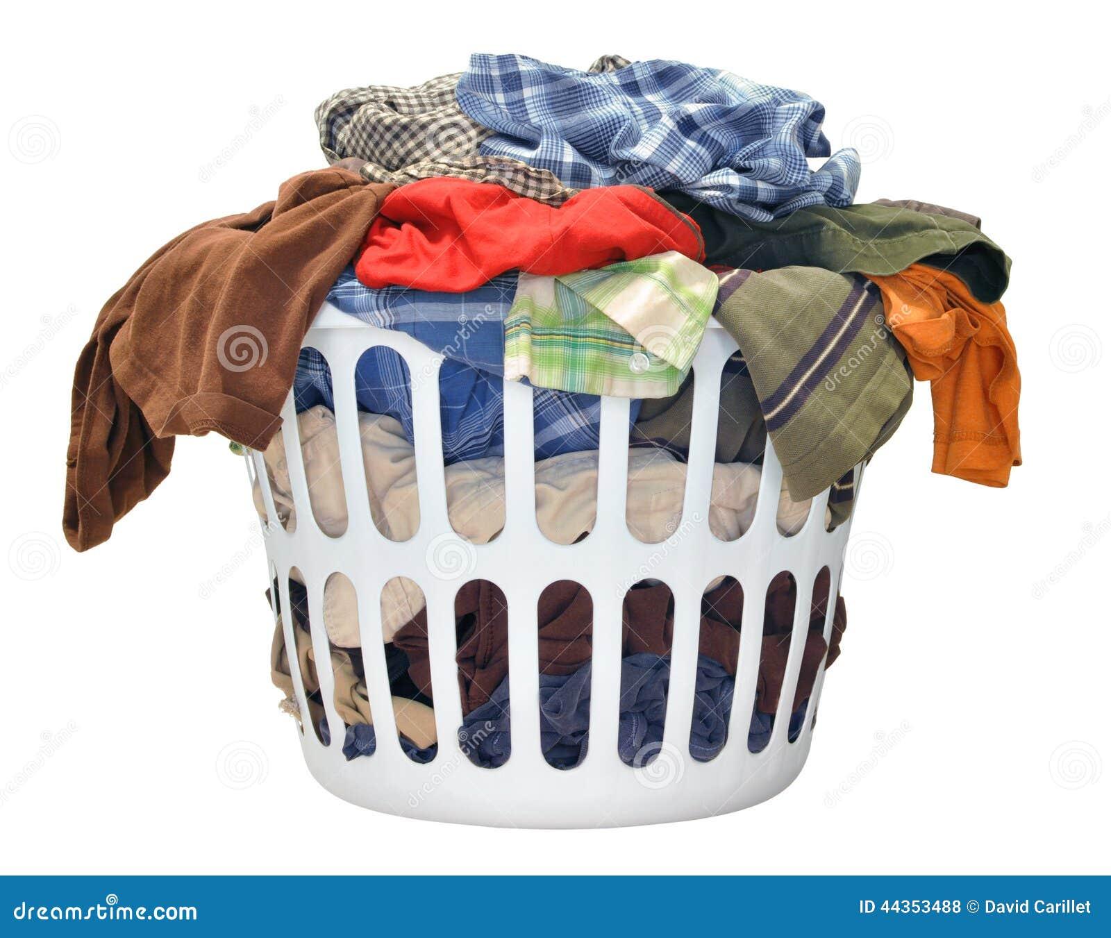 Mucchio della lavanderia sporca in un canestro di lavaggio su un fondo bianco
