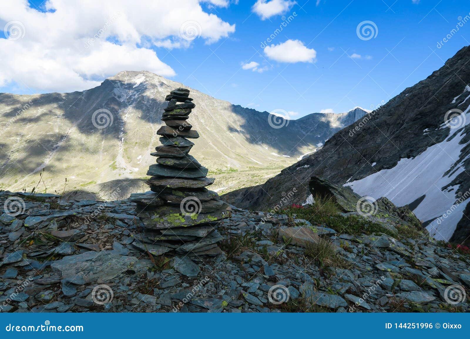 Mucchio della montagna della vista scenica del cairn delle pietre Montagne di Altai, Russia