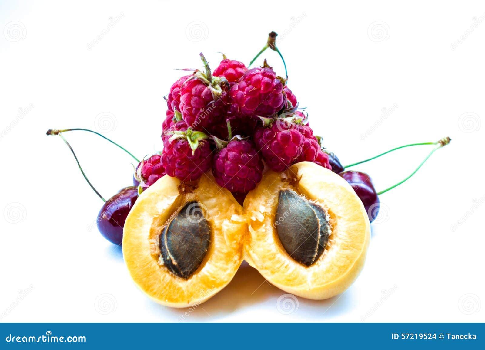 Mucchio delle albicocche, delle ciliegie e dei lamponi