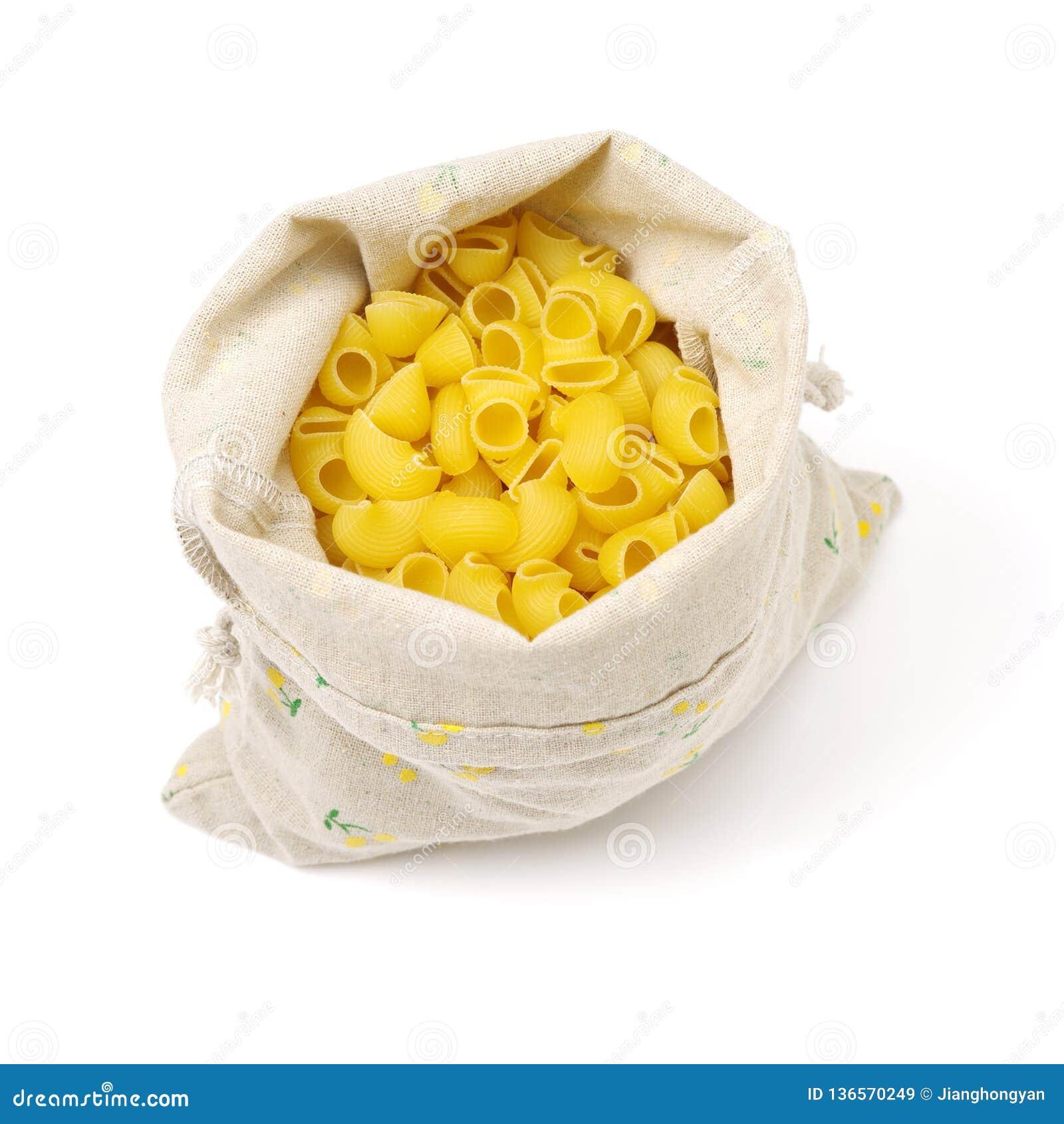 Mucchio delle coperture italiane crude dei maccheroni in un sacco