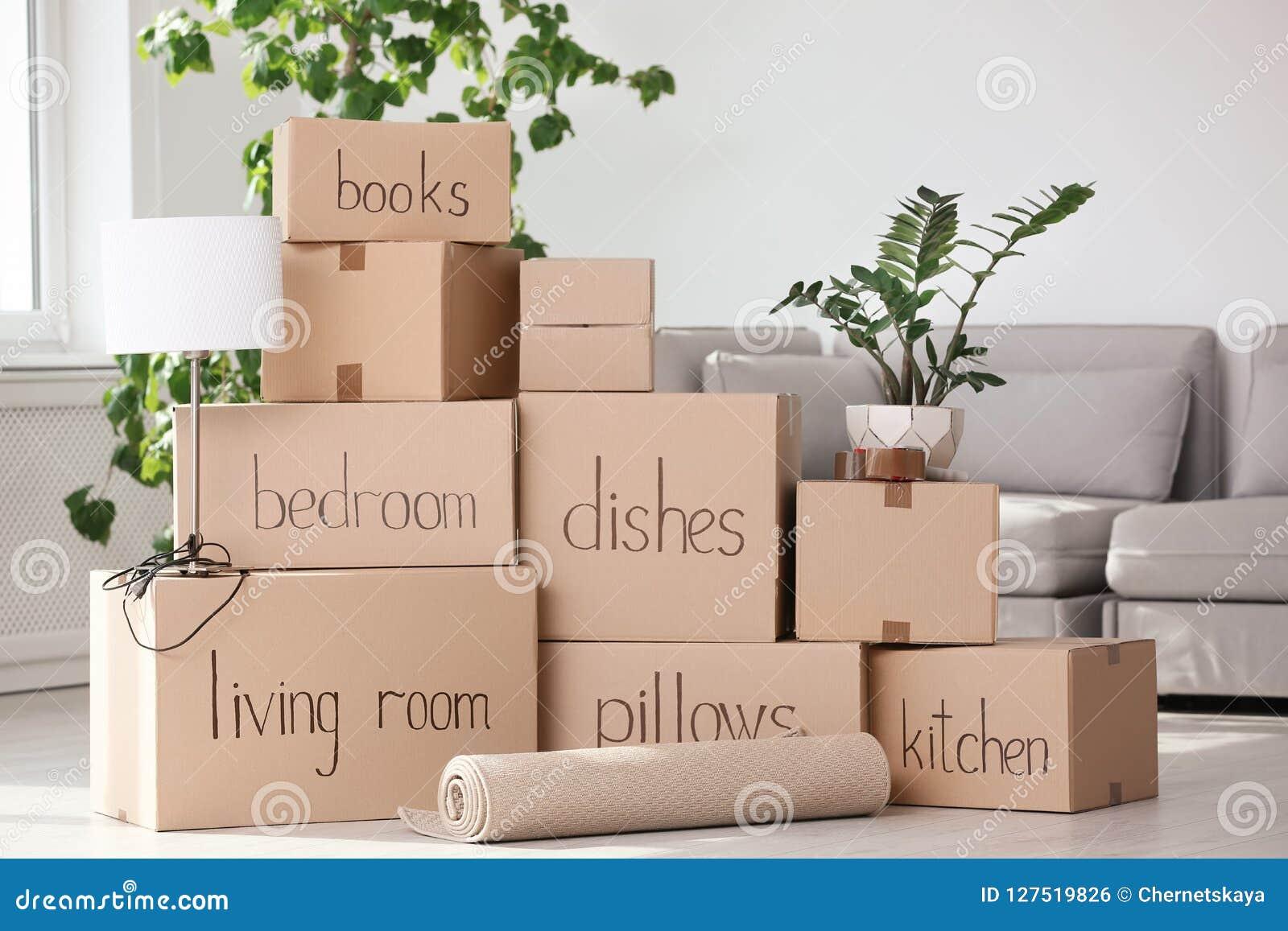 Mucchio delle scatole e della roba di famiglia commoventi