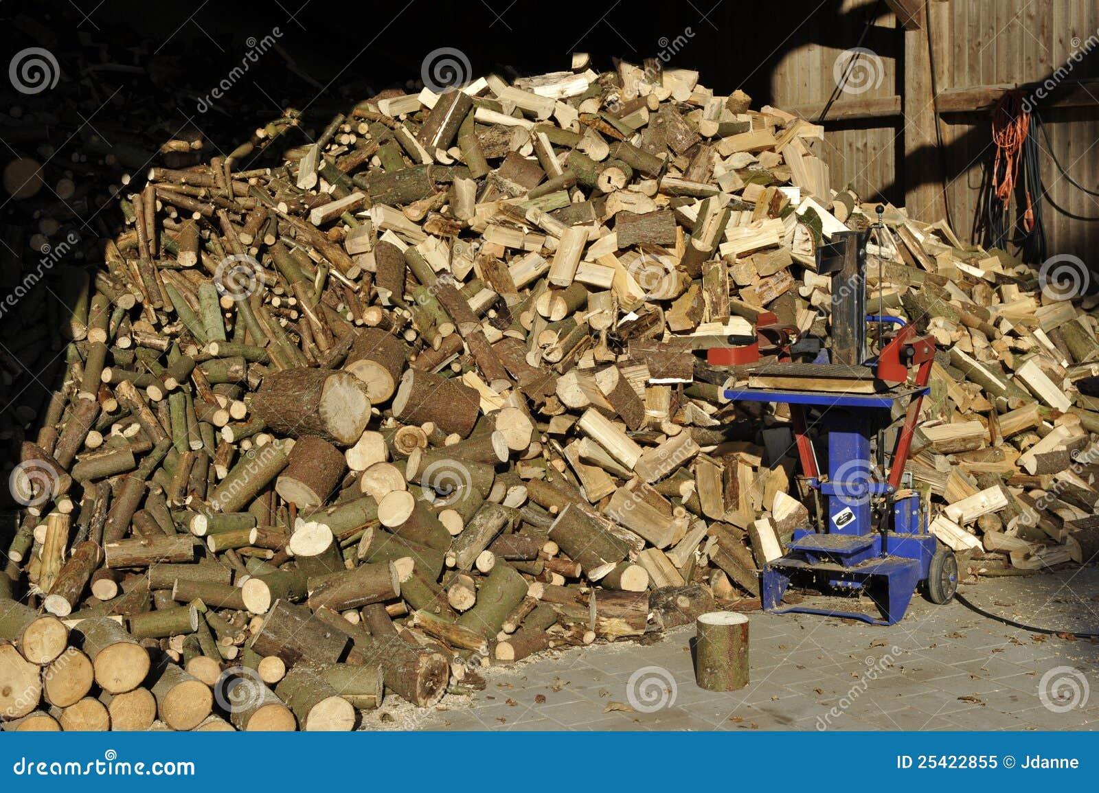 Mucchio di legna da ardere con il divisore di legno for Legna da ardere prezzi