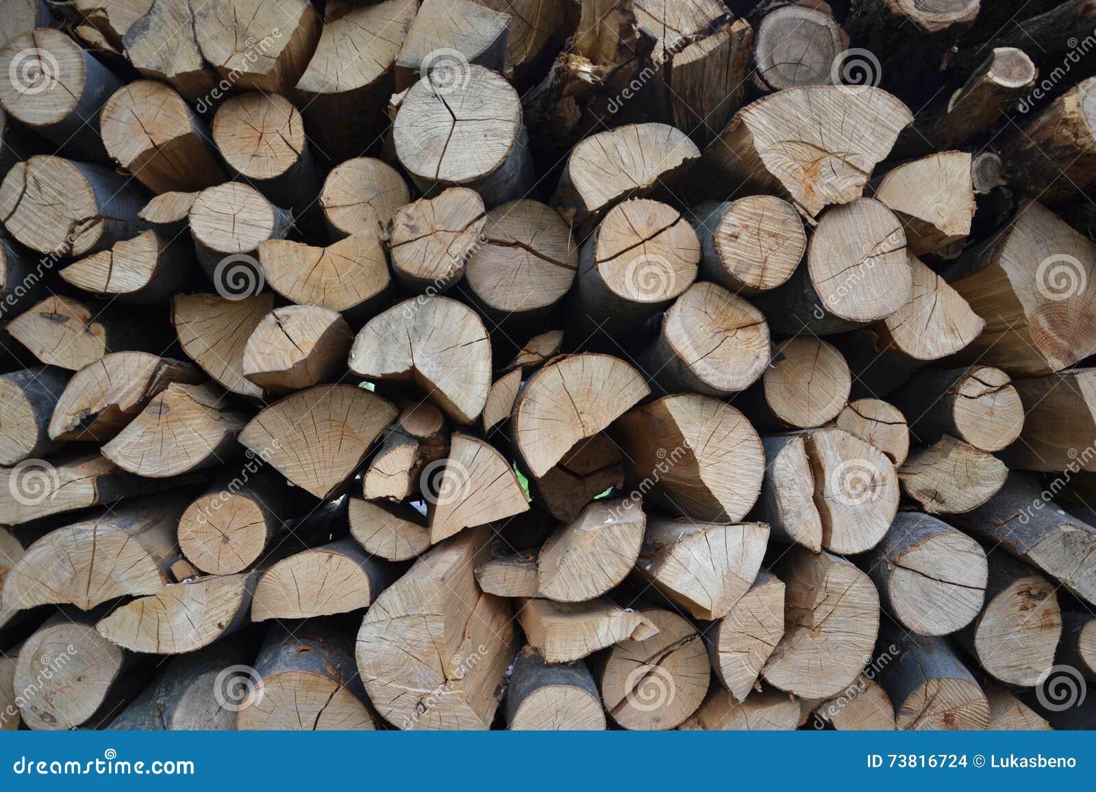 Mucchio di legna da ardere impilata in giardino rurale for Legna da ardere prezzi