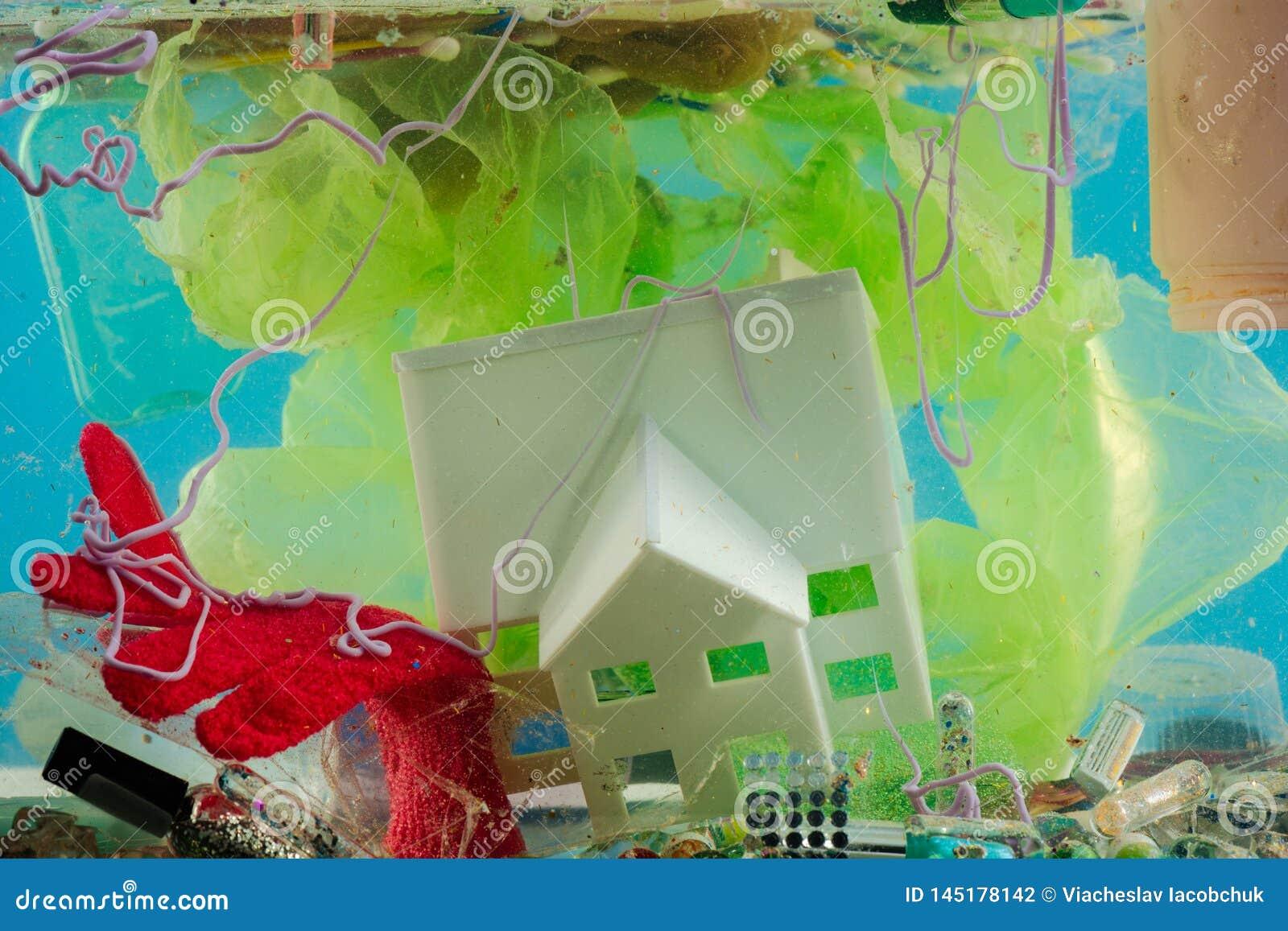 Mucchio di plastica nocivo indignante che sovraccarica acqua ed ambiente