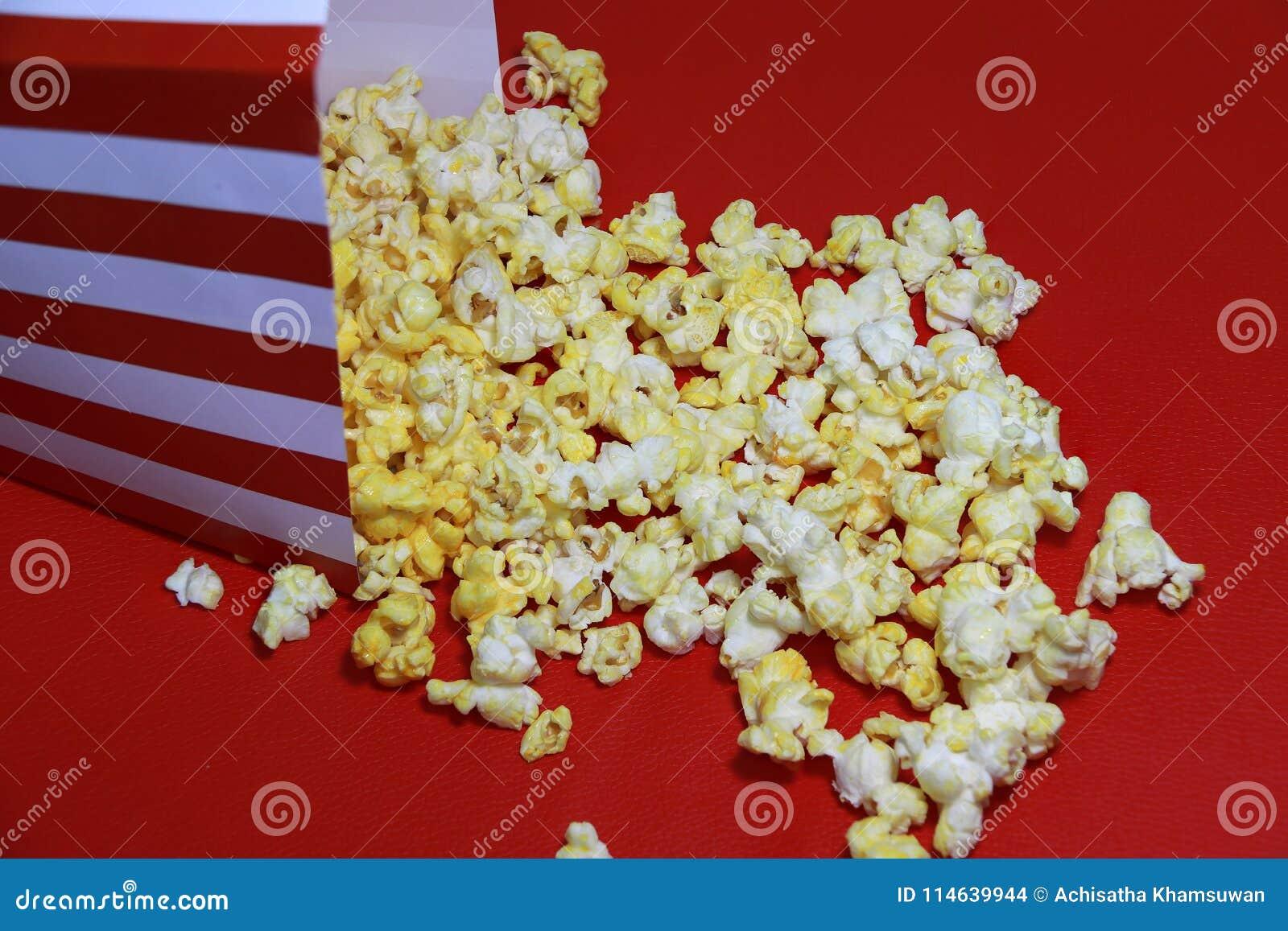 Pavimento Rosso E Bianco : Mucchio di popcorn dal contenitore di libro rosso e bianco sul