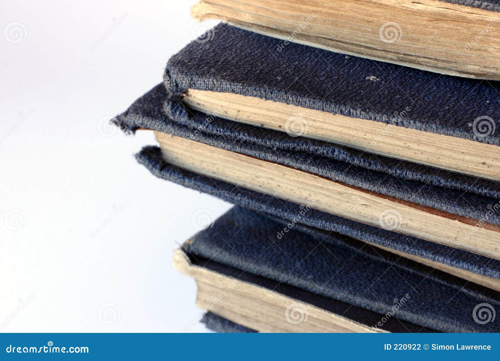 Mucchio di vecchi libri blu laidi