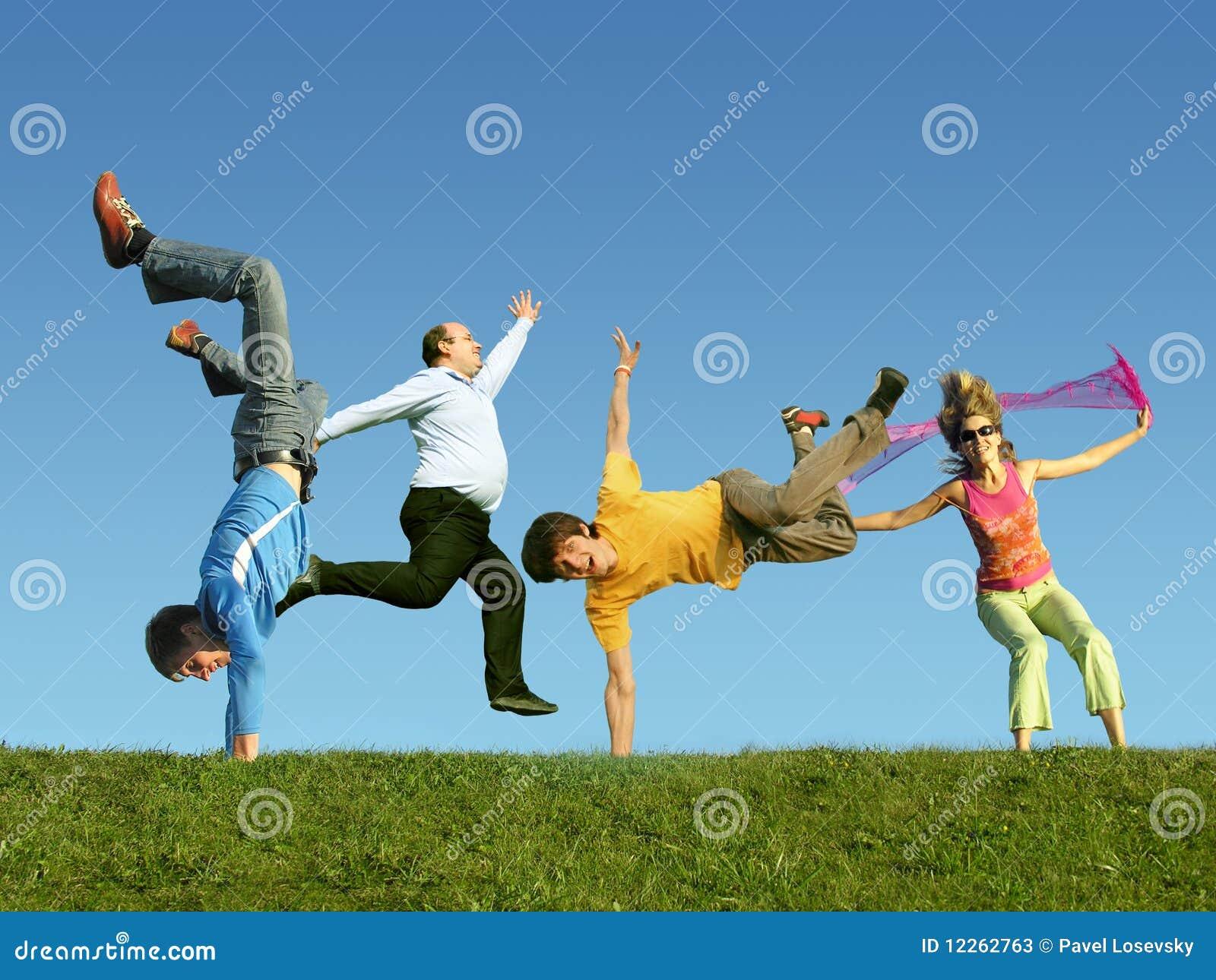 Mucha gente de salto en la hierba, collage