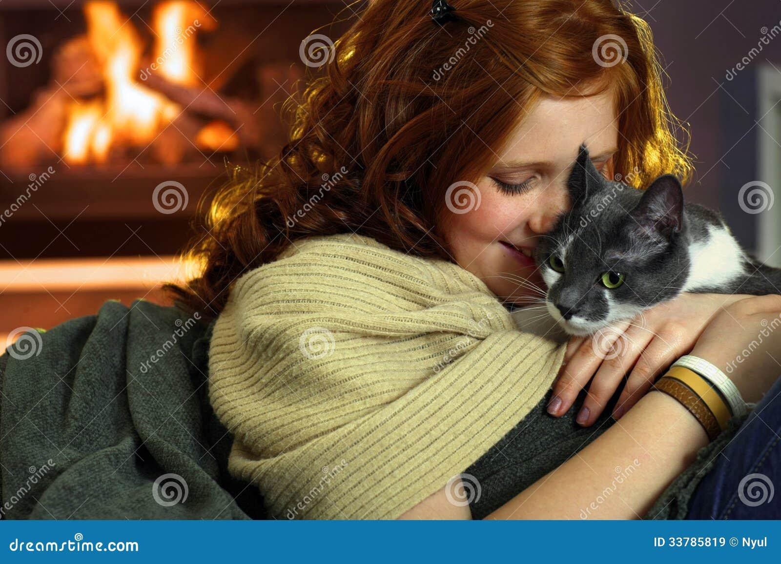Muchacha adolescente con el gato en casa im genes de - El gato en casa ...