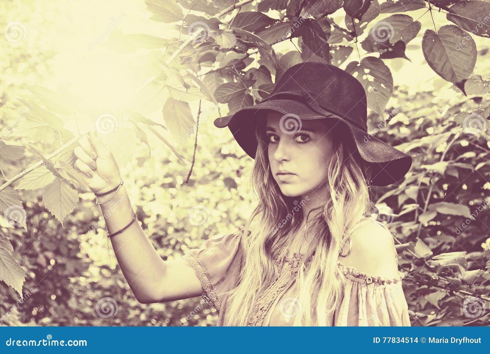 Muchacha adolescente con el sombrero en luz del sol