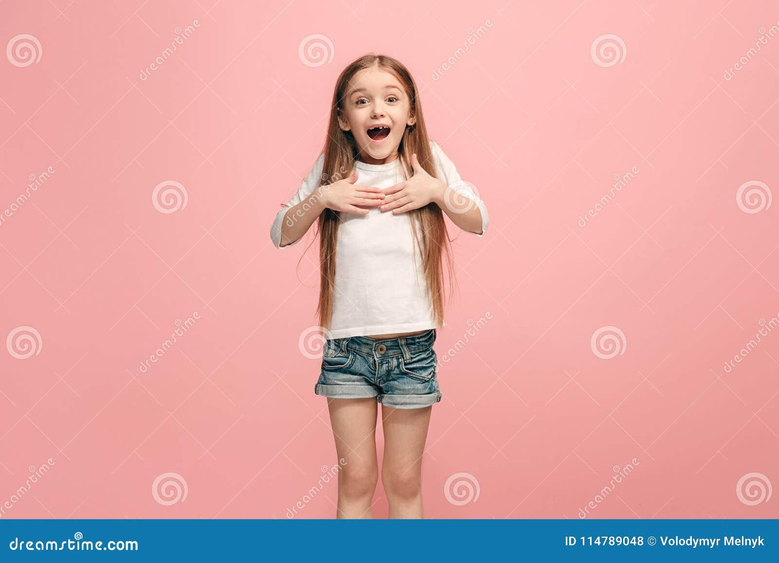 Muchacha adolescente del éxito feliz que celebra siendo un ganador Imagen enérgica dinámica del modelo femenino
