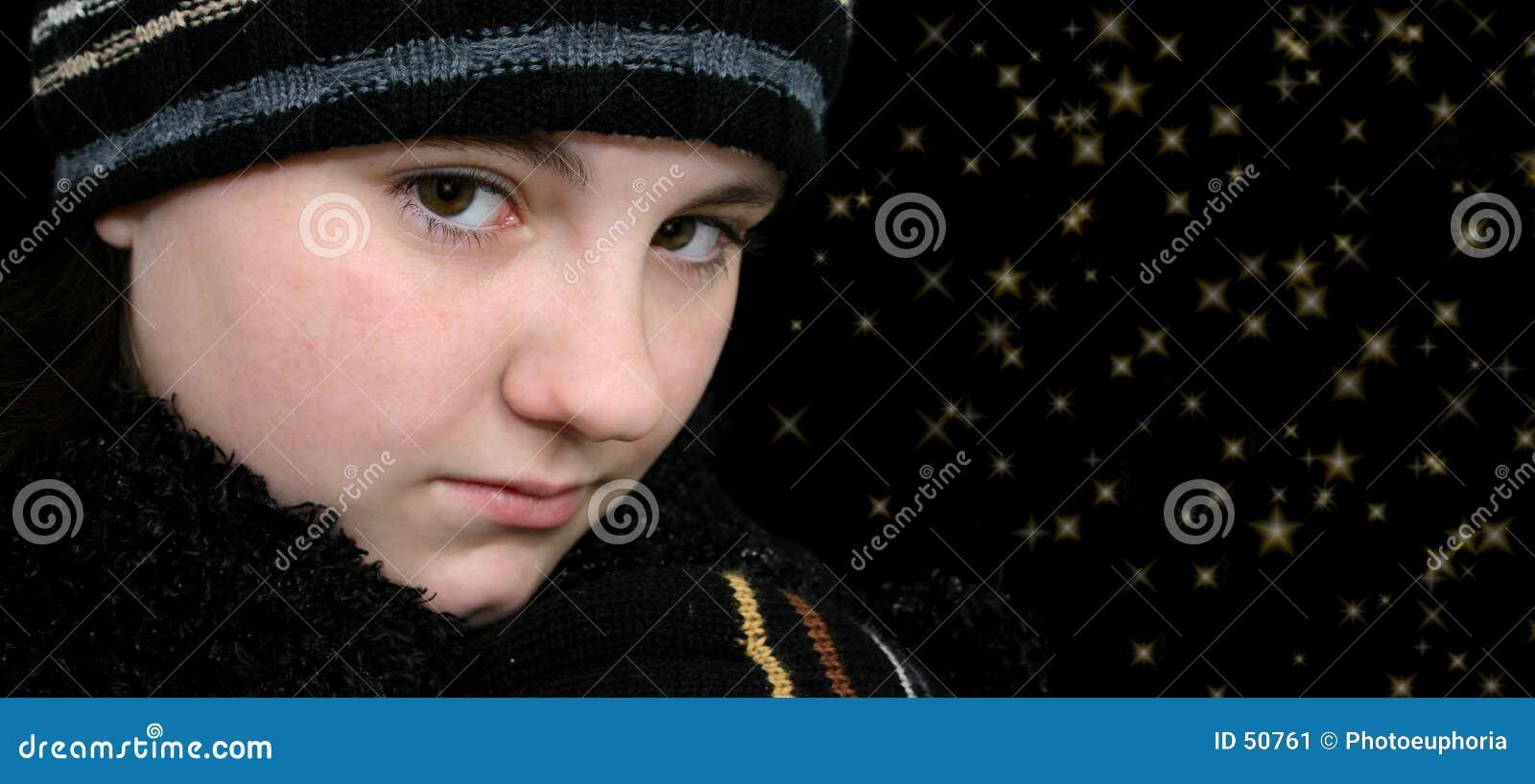 Muchacha adolescente del invierno con las estrellas en sus ojos