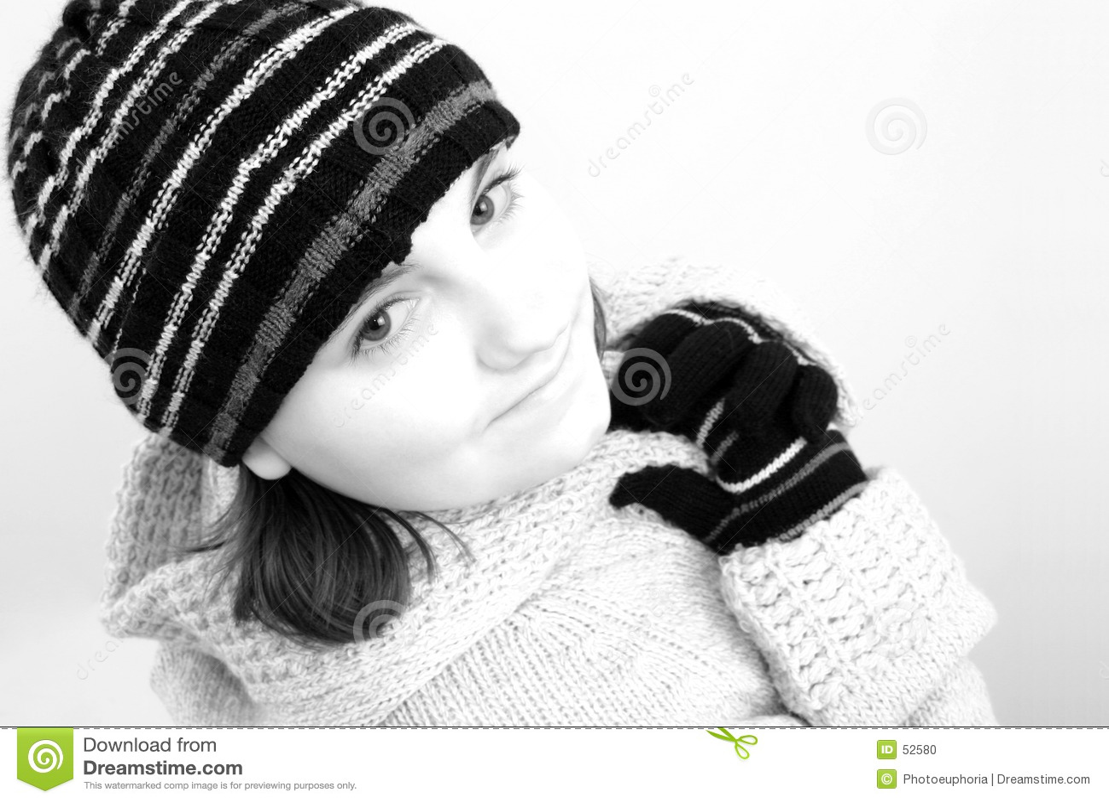 Muchacha adolescente del invierno en negro y blanco