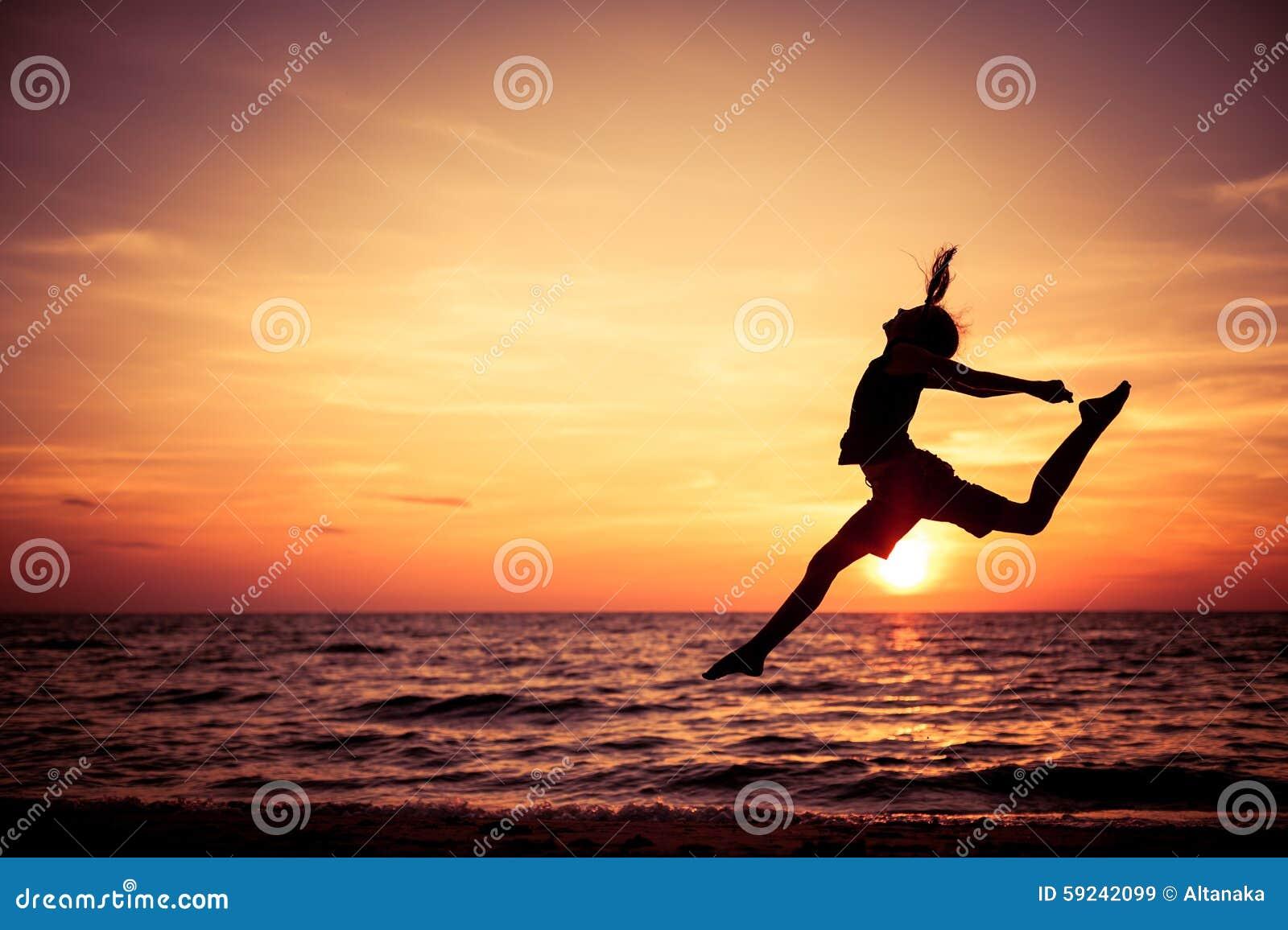 Download Muchacha Adolescente Feliz Que Salta En La Playa Imagen de archivo - Imagen de felicidad, pelo: 59242099