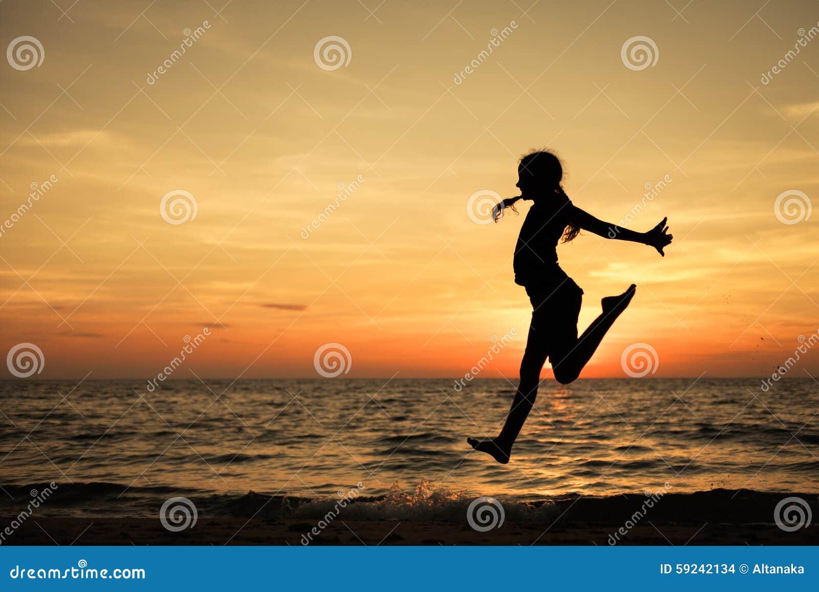 Download Muchacha Adolescente Feliz Que Salta En La Playa Foto de archivo - Imagen de pelo, ocio: 59242134