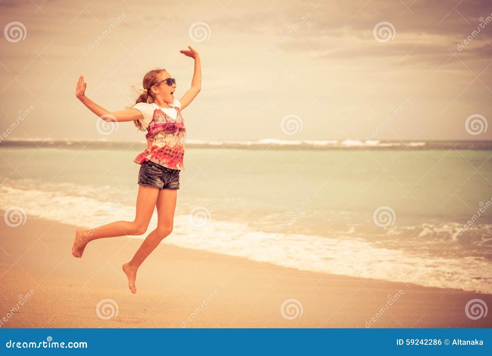 Download Muchacha Adolescente Feliz Que Salta En La Playa Foto de archivo - Imagen de poco, diversión: 59242286