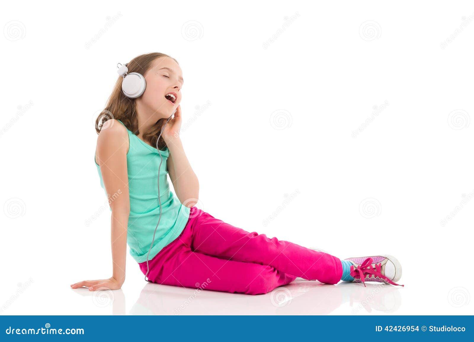 Muchacha adolescente que canta